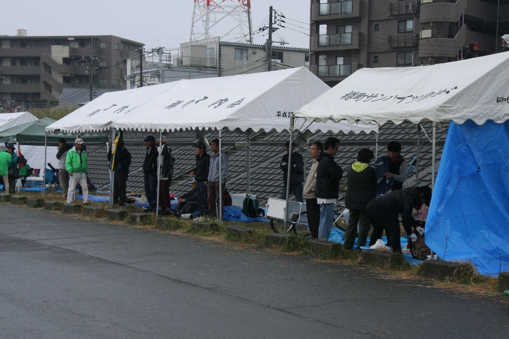 試合のない選手たちもテント内で雨をしのぎながら観戦していると午後の試合も無事終了しました。