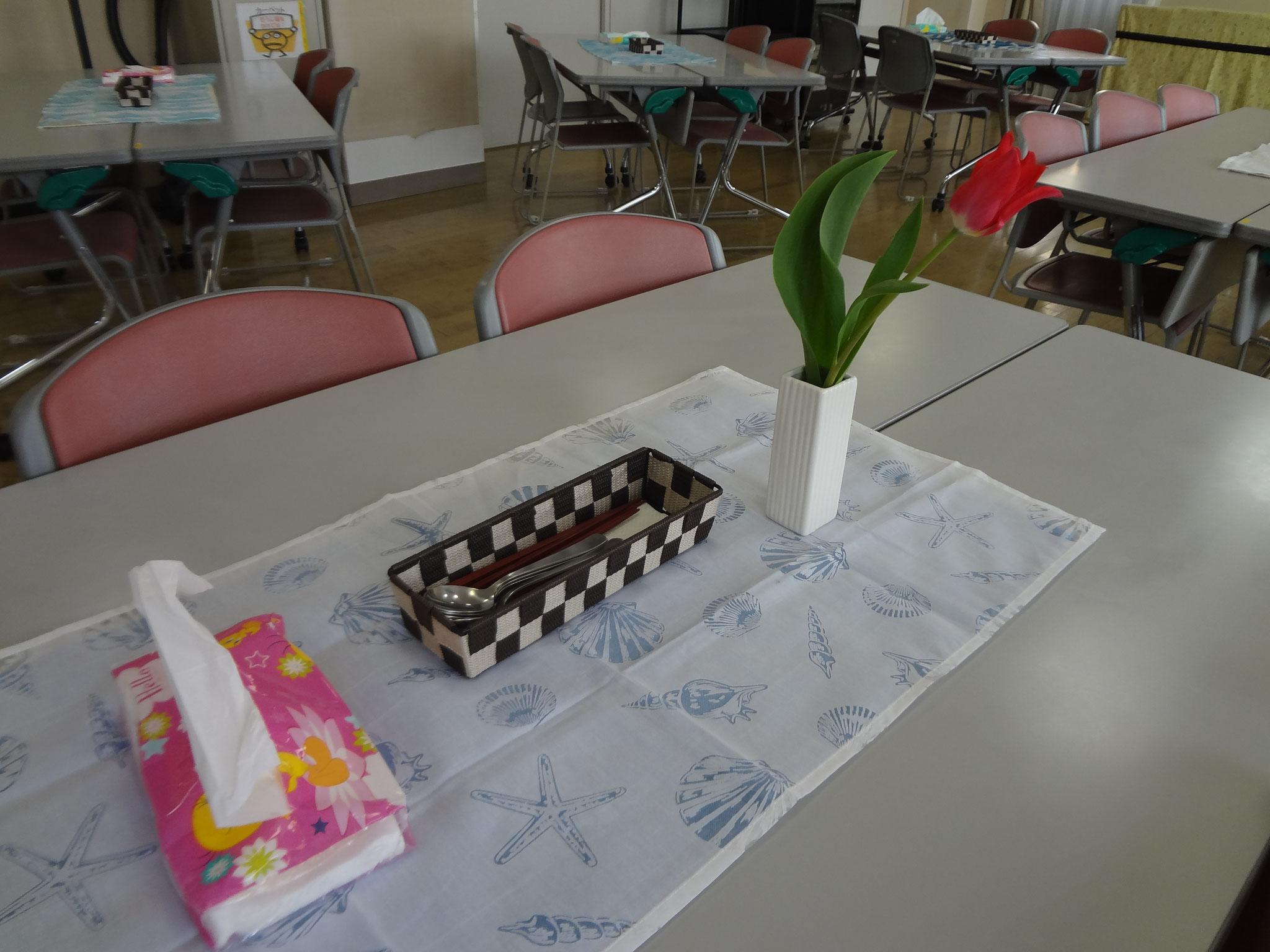 テーブル毎に様々な花が添えられました。