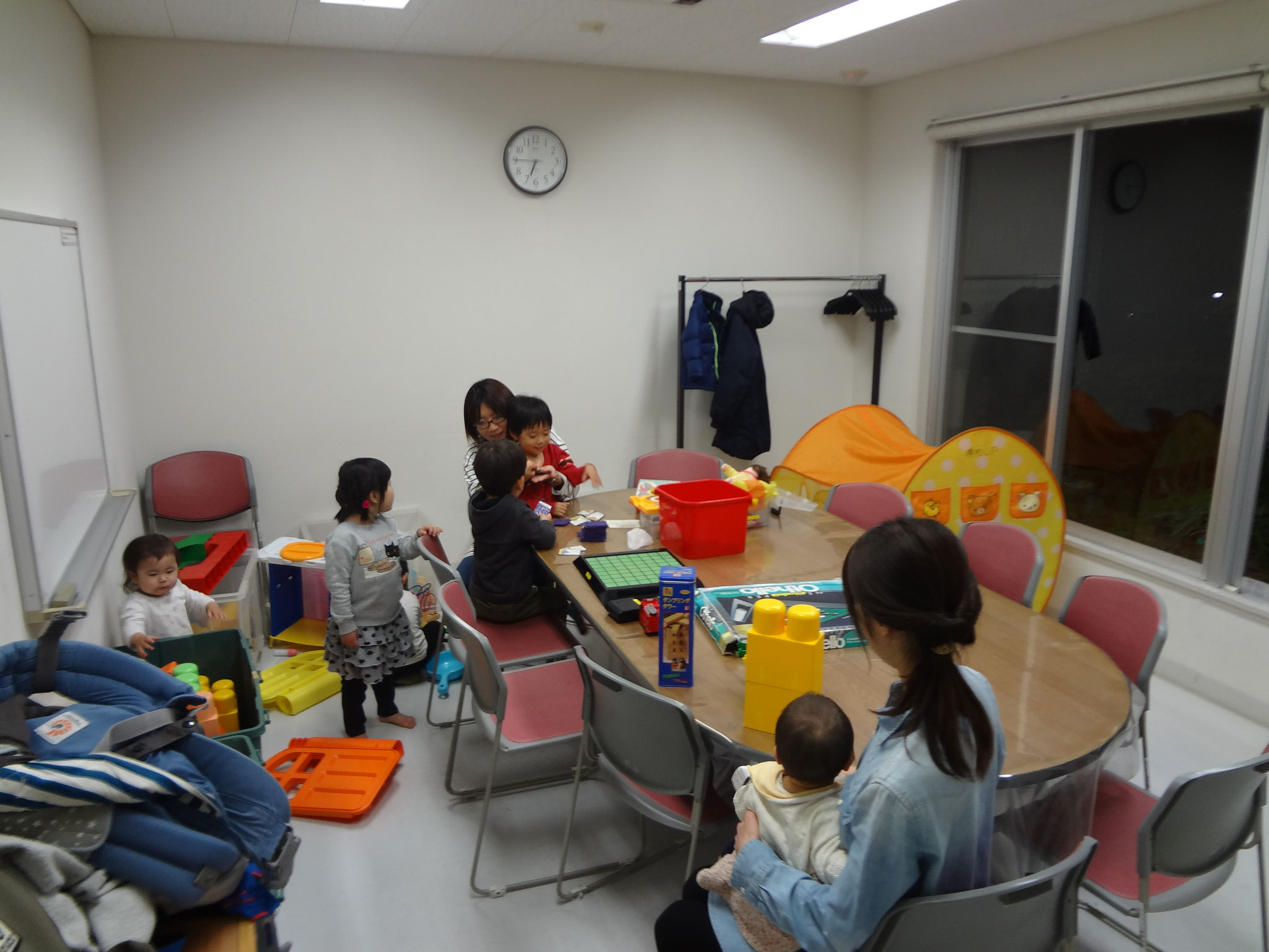 食事後、子供たちは別室で遊びました。