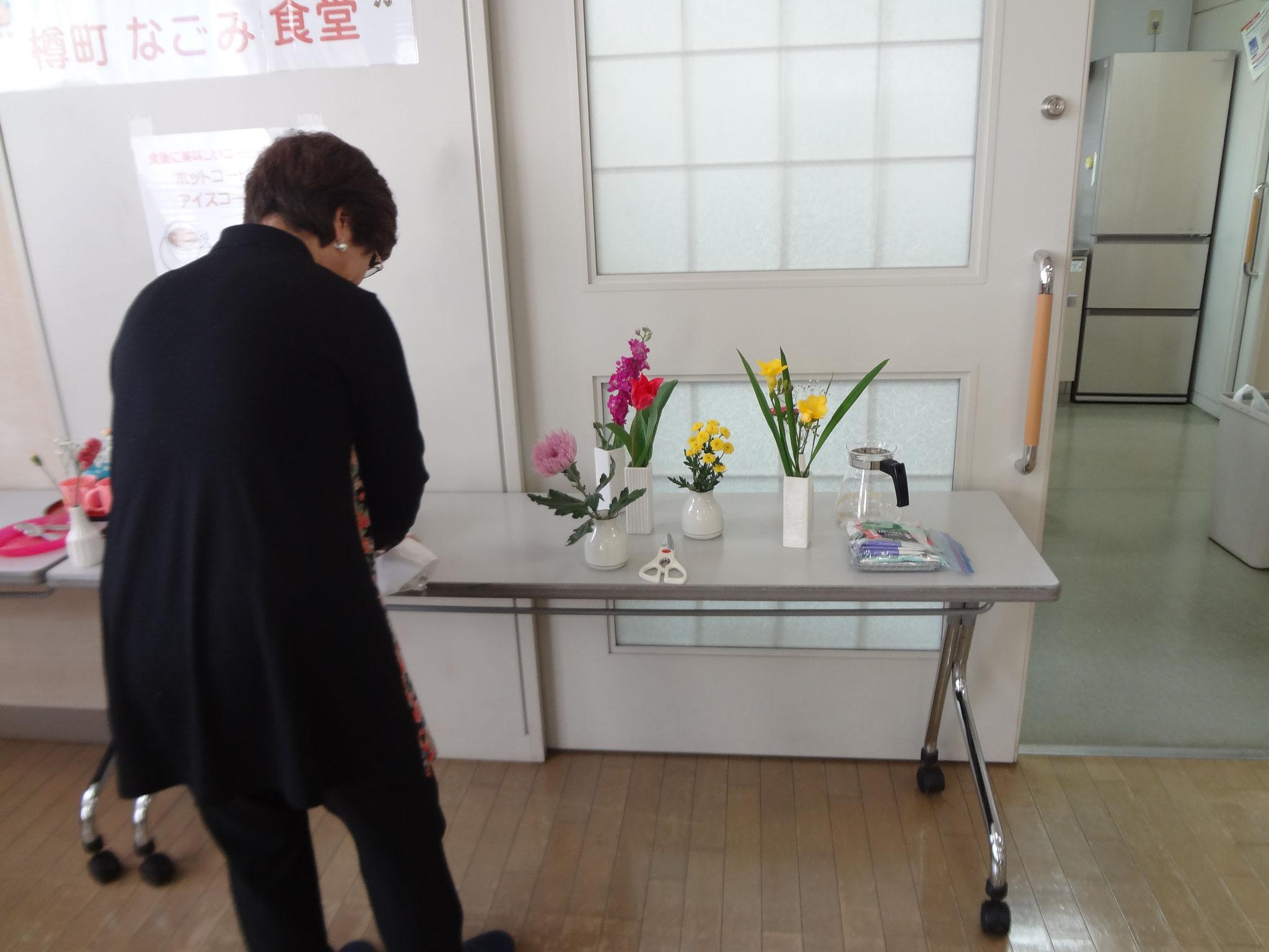 今日は春らしく、花を飾る為、準備をしています。