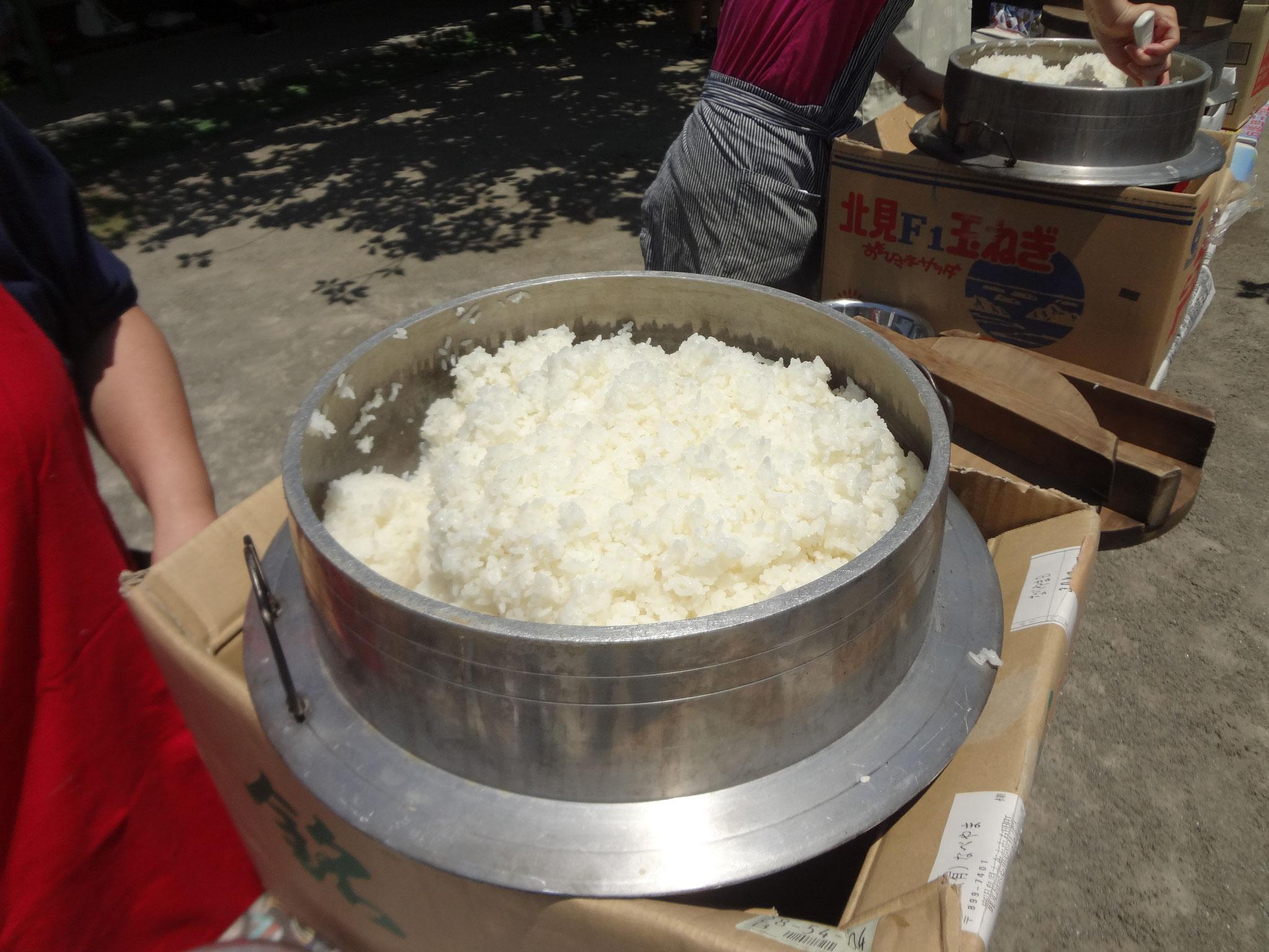 ご飯も美味しそうに炊けてます。お米は全部で30㎏を6個のお釜で炊きました。