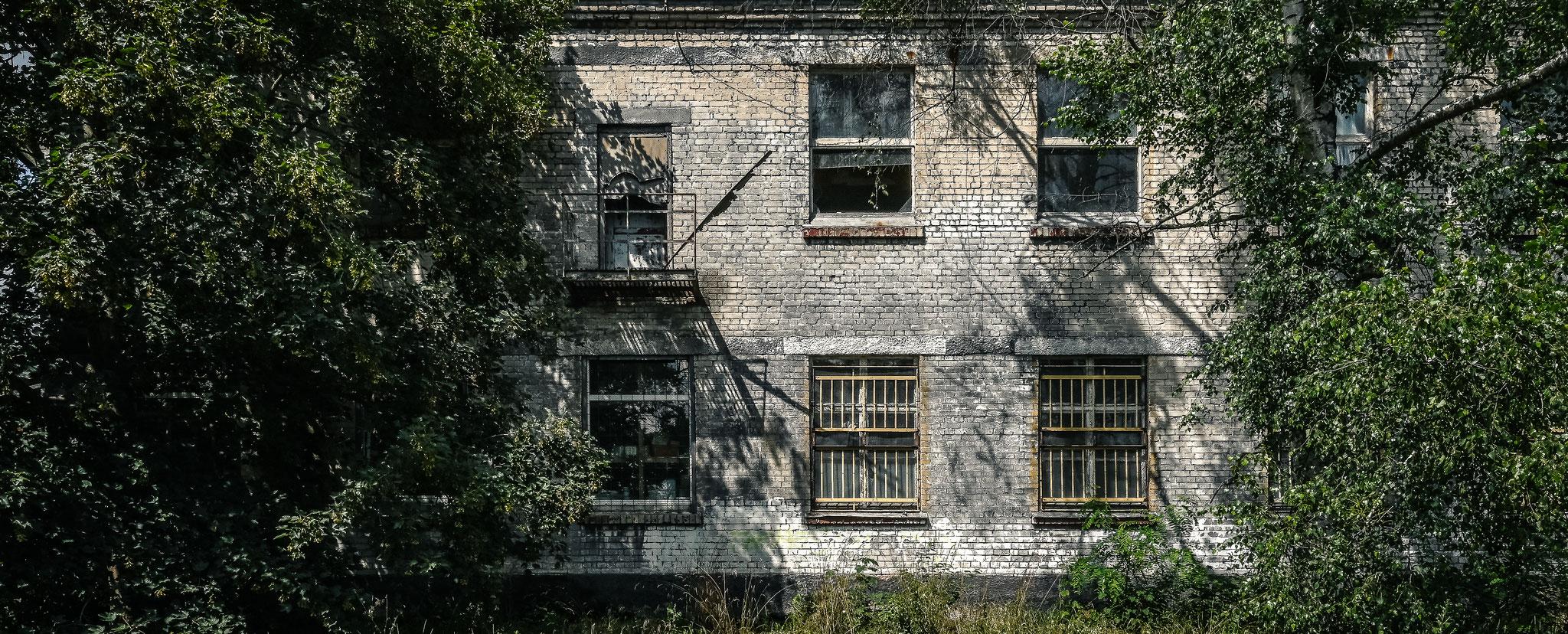 Vergitterte Fenster im Gebäude der Garnison