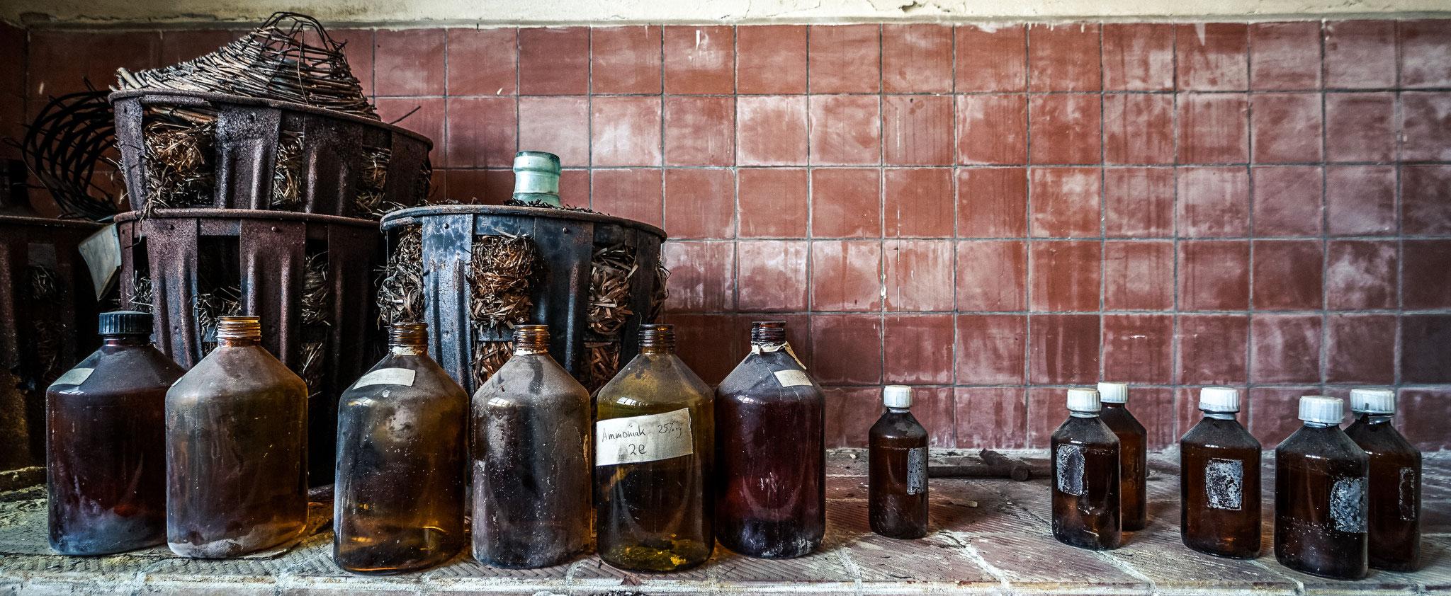 Die leeren Flaschen in dem alten Labor