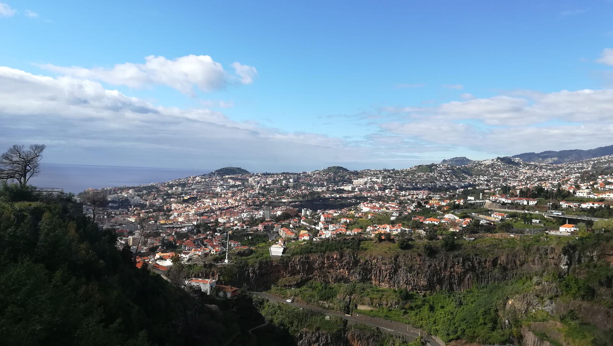 Blick über Funchal vom botanischen Garten