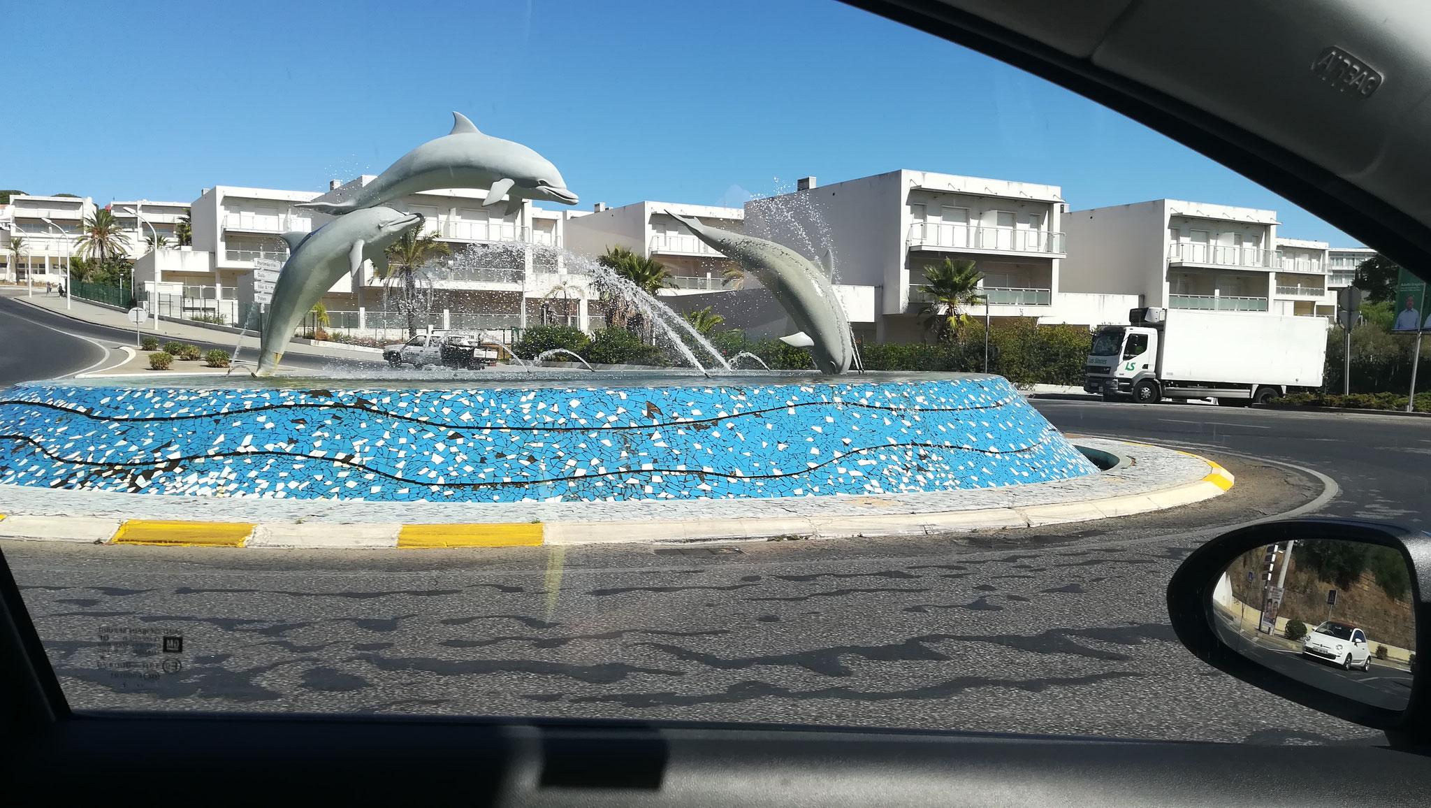 Kreisel mit Delfinen in Albufeira