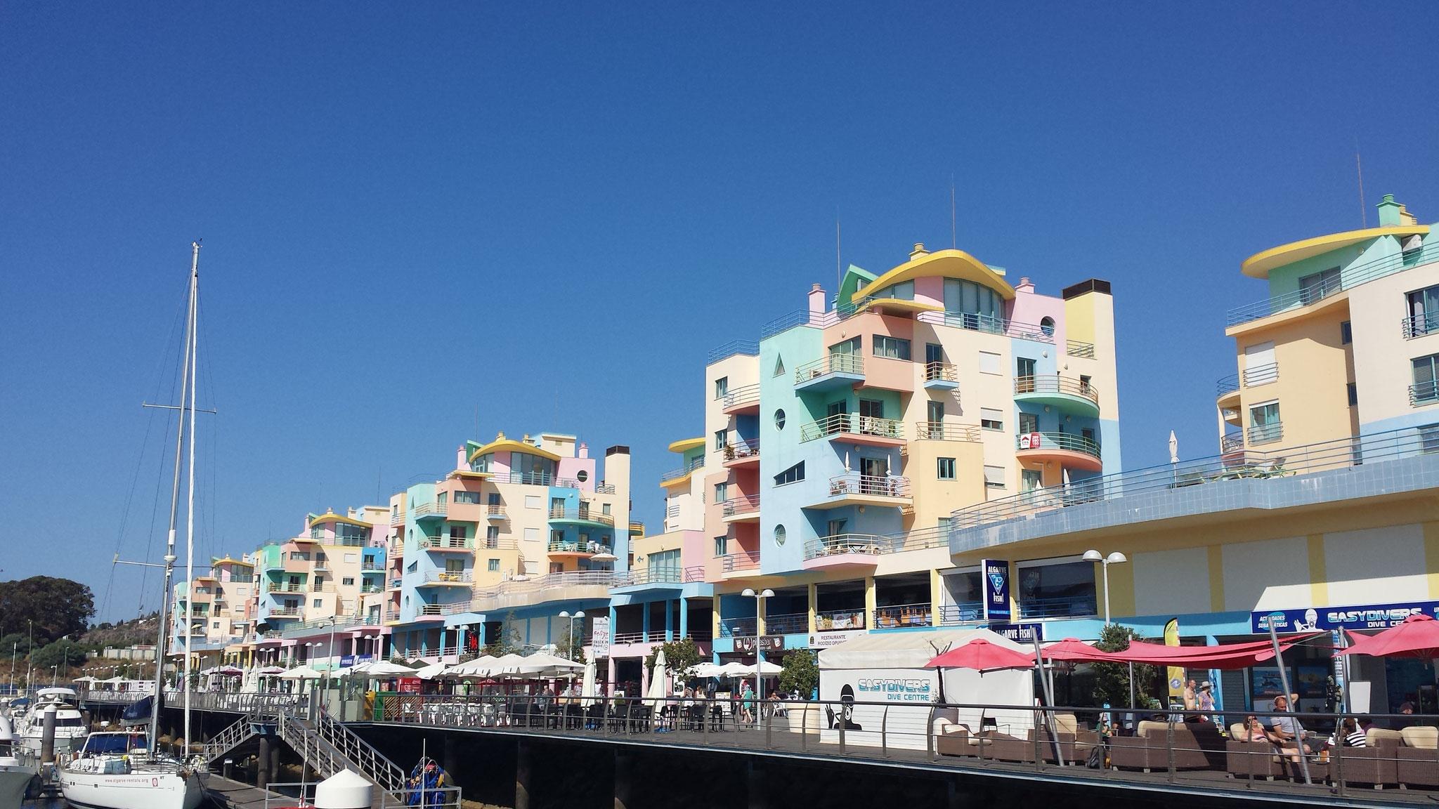 Bunte Häuser am Hafen von Albufeira