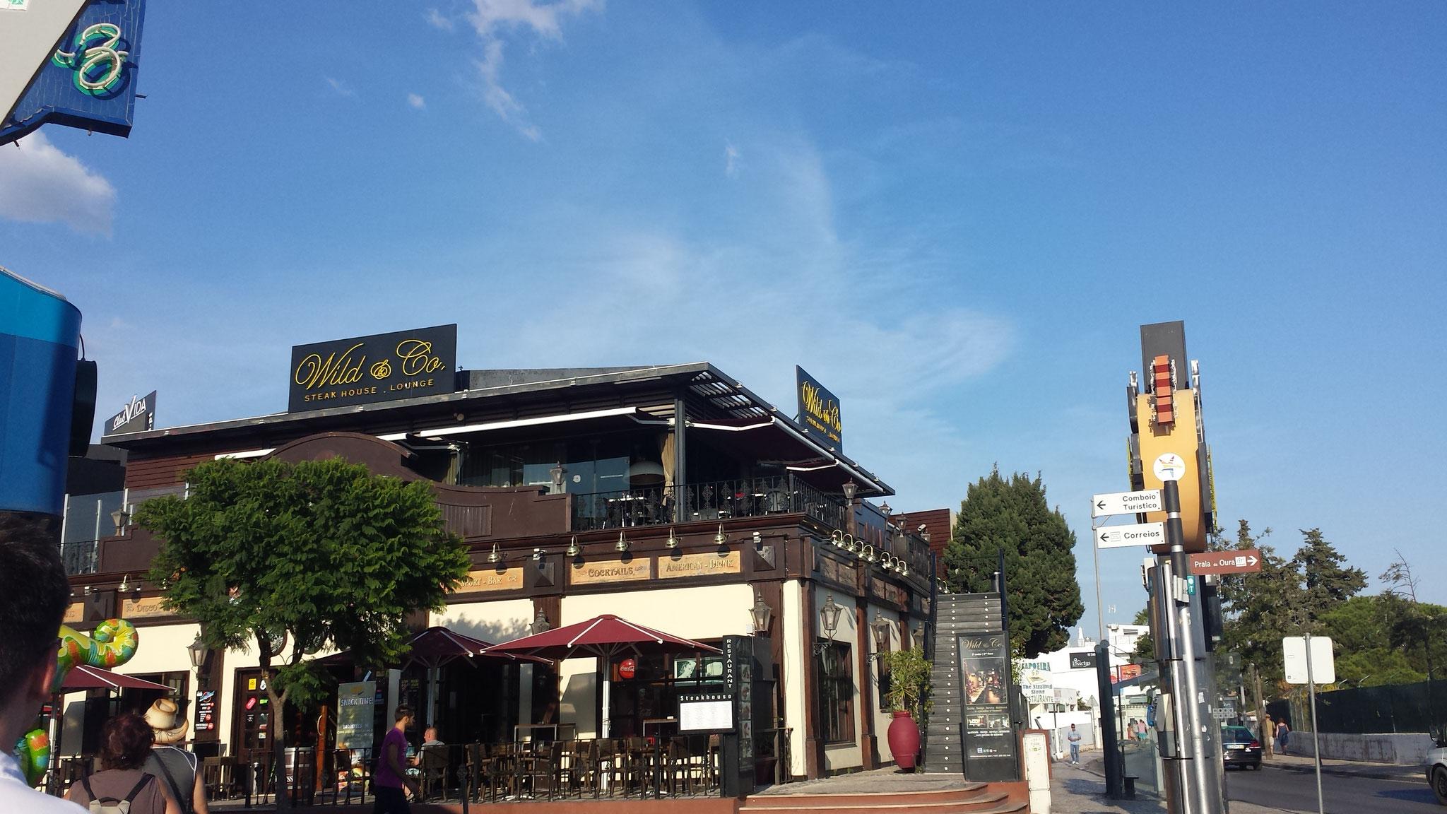 Restaurantstraße im Stadtteil Oura von Albufeira