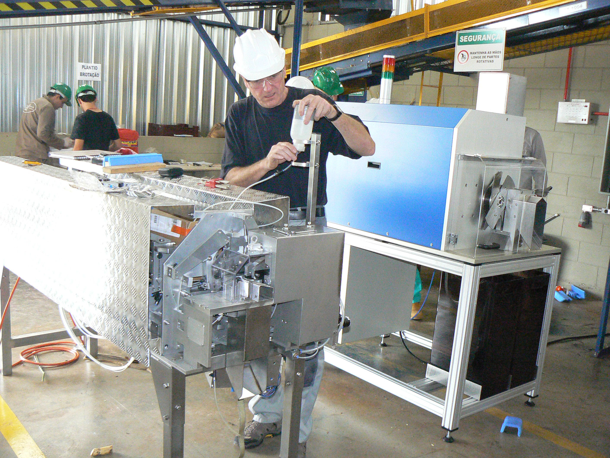 Zuckerrohrschneidmaschine im Betrieb in Brasilien
