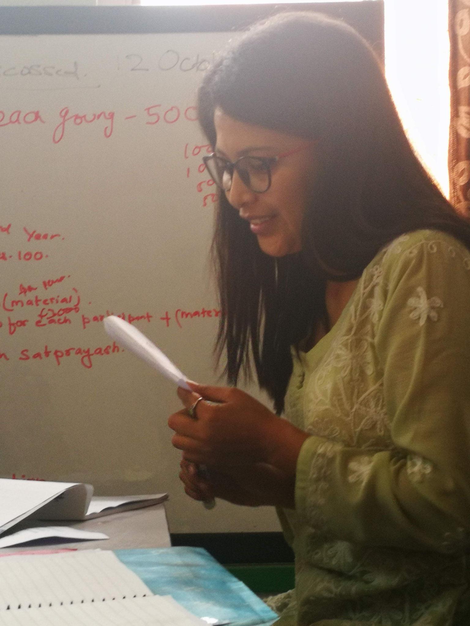 Notre coordinatrice Shrada lors du comité de Bhavisya Nepal pour fixer les objectifs de l'année