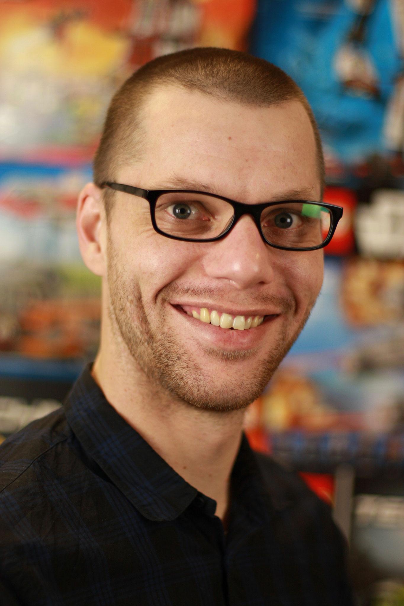 Sebastian - Steinreicher Inhaber. Füttert den Online-Shop mit neuen Teilen und hält seine Leute bei Laune.