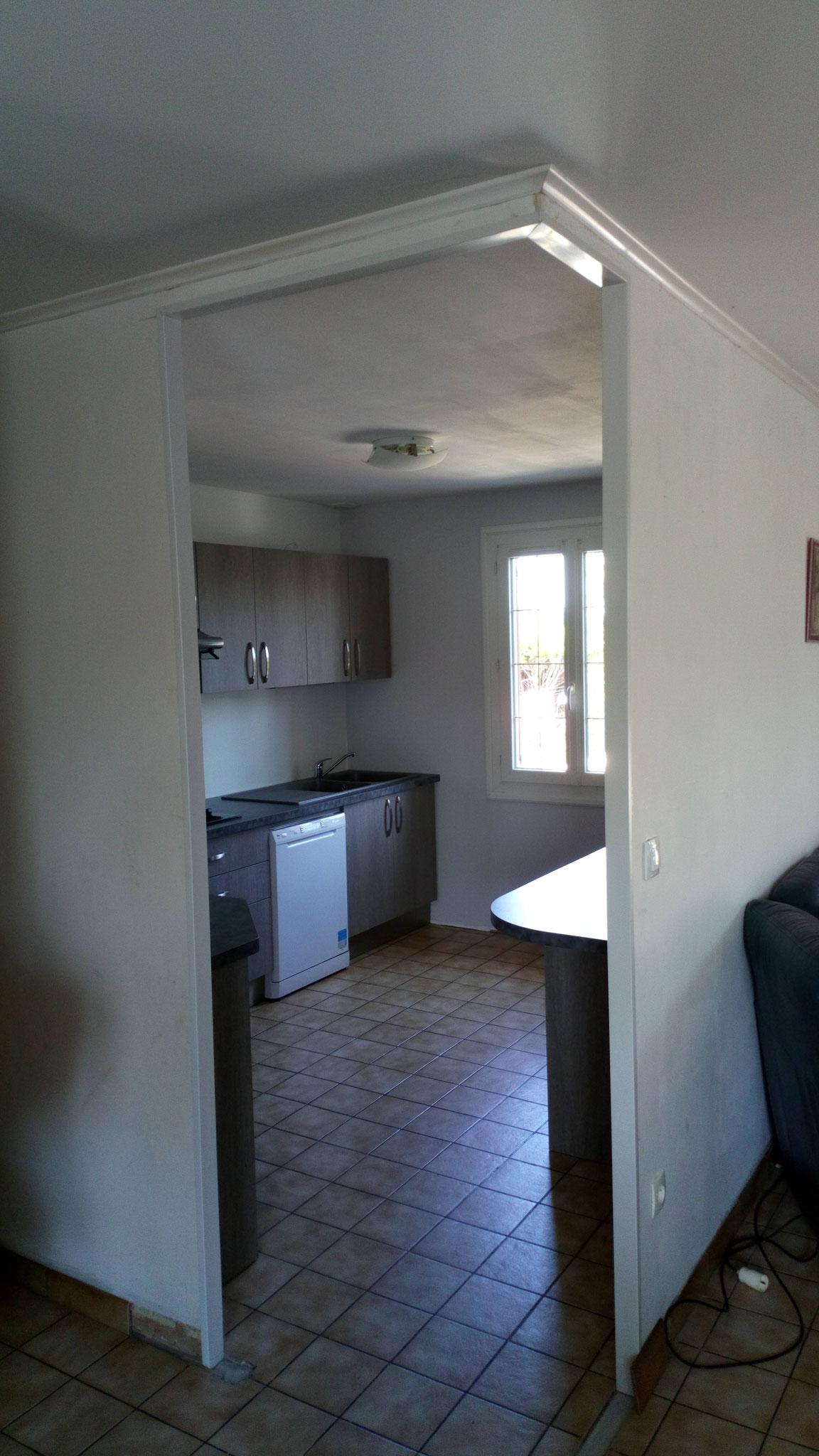 Enlèvement d'une porte et ouverture dans la cloison pour accéder à la cuisine équipée
