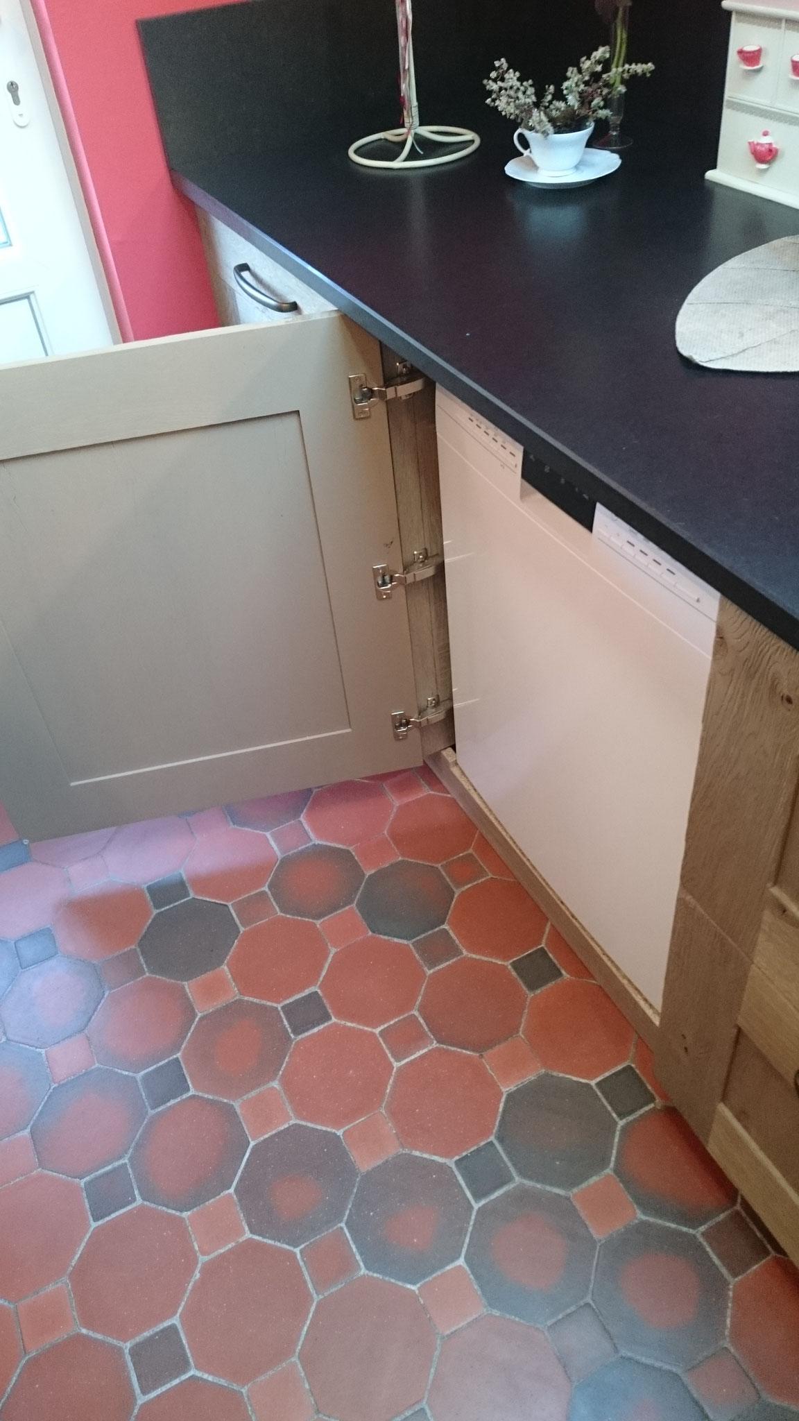 Lave-vaisselle non intégrable caché derrière une porte ouvrante
