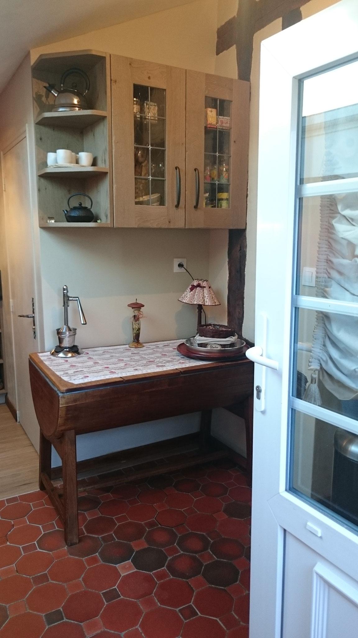 Meuble haut vitré avec croisillons en plomb et étagère haute à pans coupés