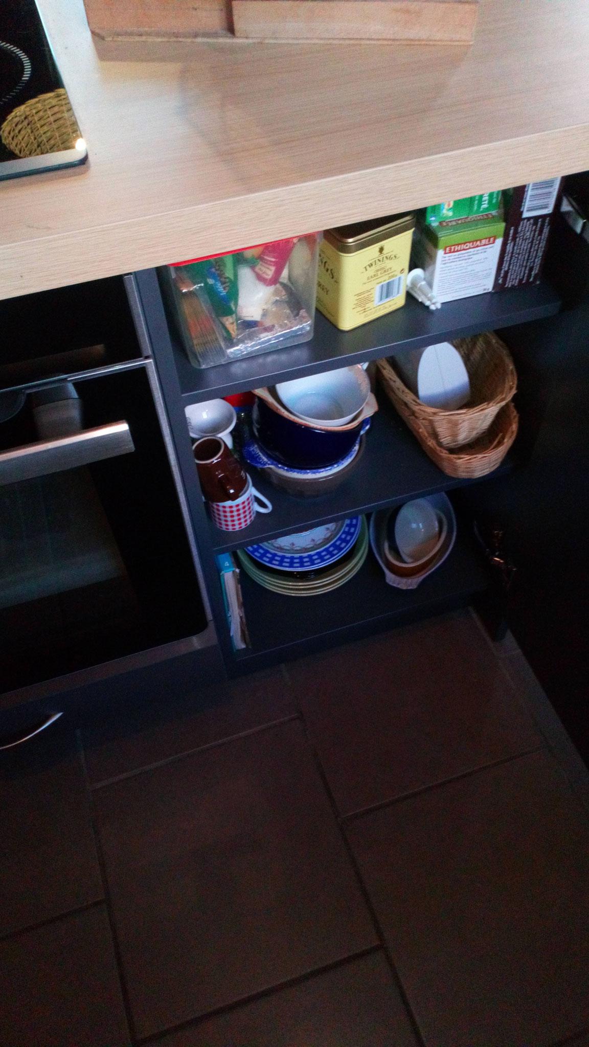 Meubles bas avec deux étagères mobiles
