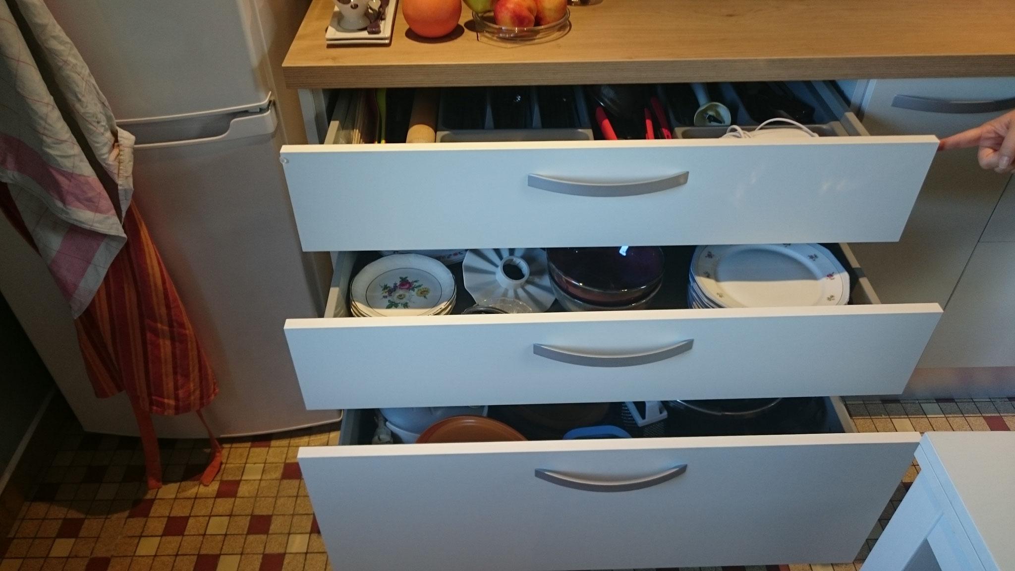 Deuxgrands tiroirs et un grand bloc tiroir