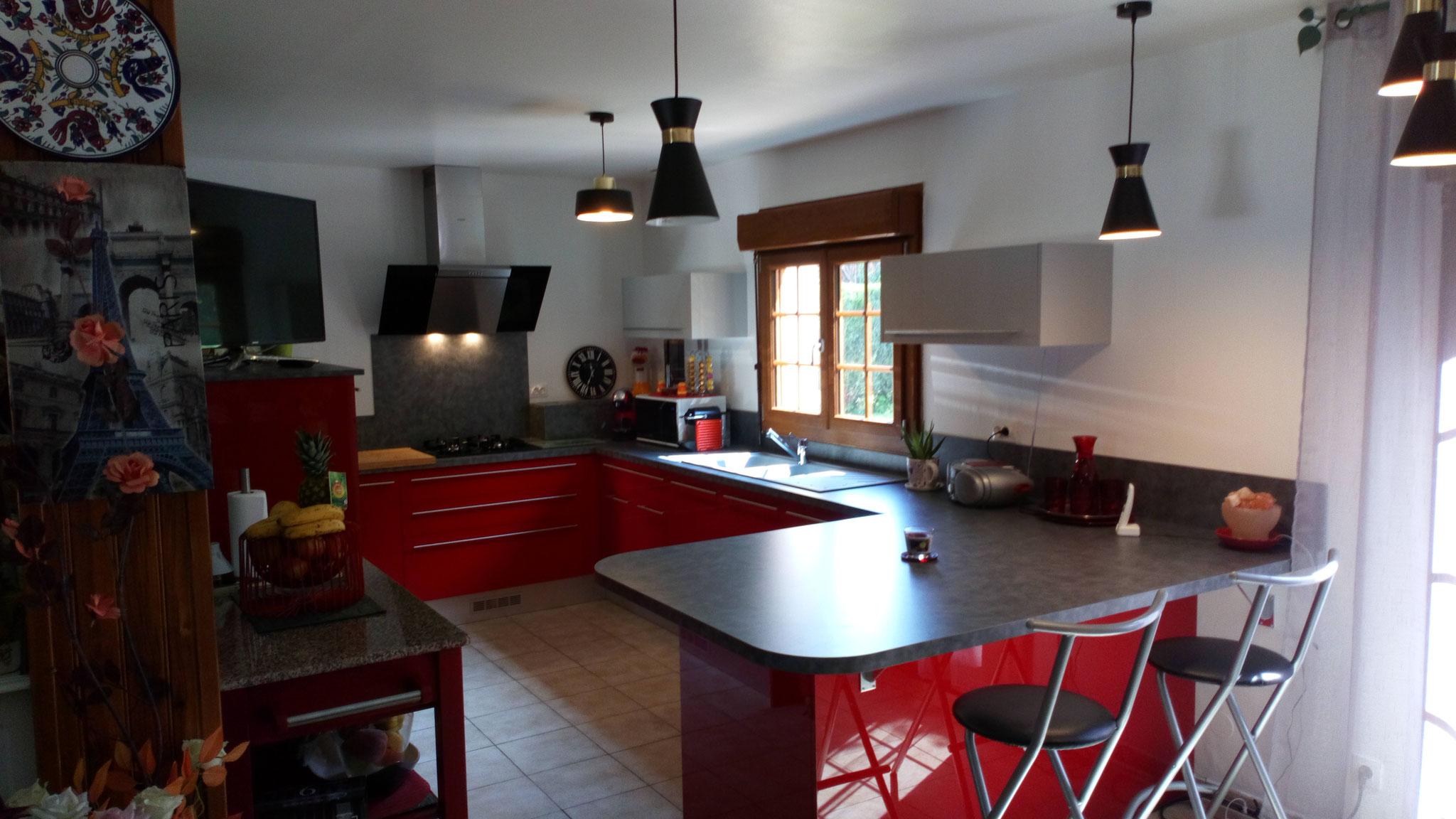 meubles rouge vif et hauts gris clairs brillants
