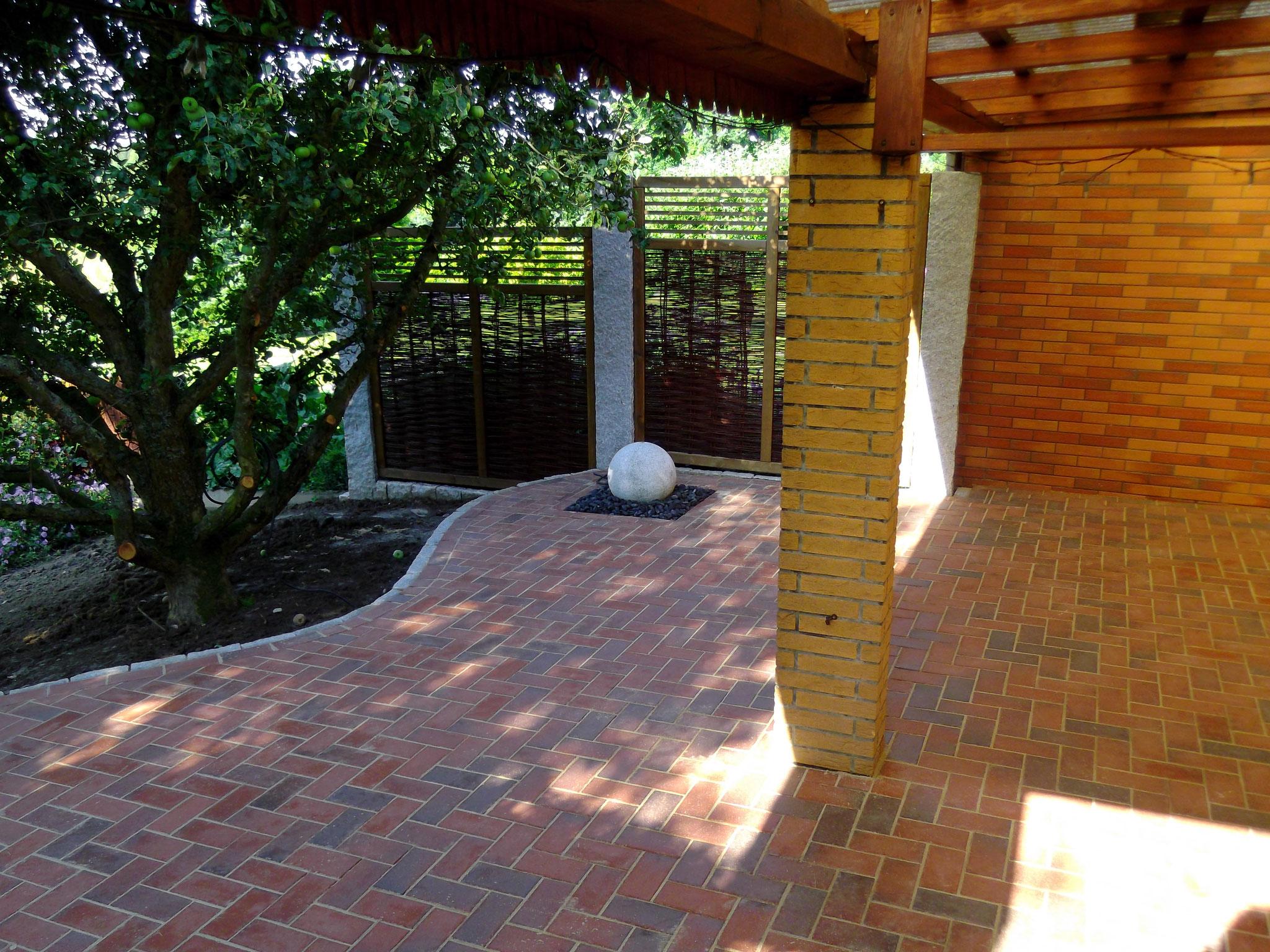 Sichtschutzelemente können auch schön sein. Hier dient das Flechtzaunelement auch als Verstärkung des mediterranen Terrassenflairs.