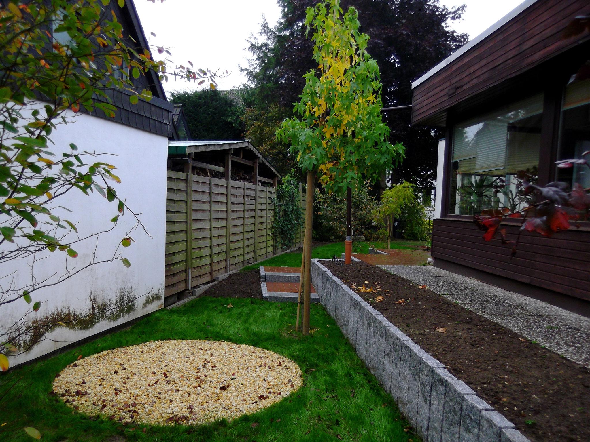 Hochbeet am Haus und Kiesplatz Korfmacher Gartendesign