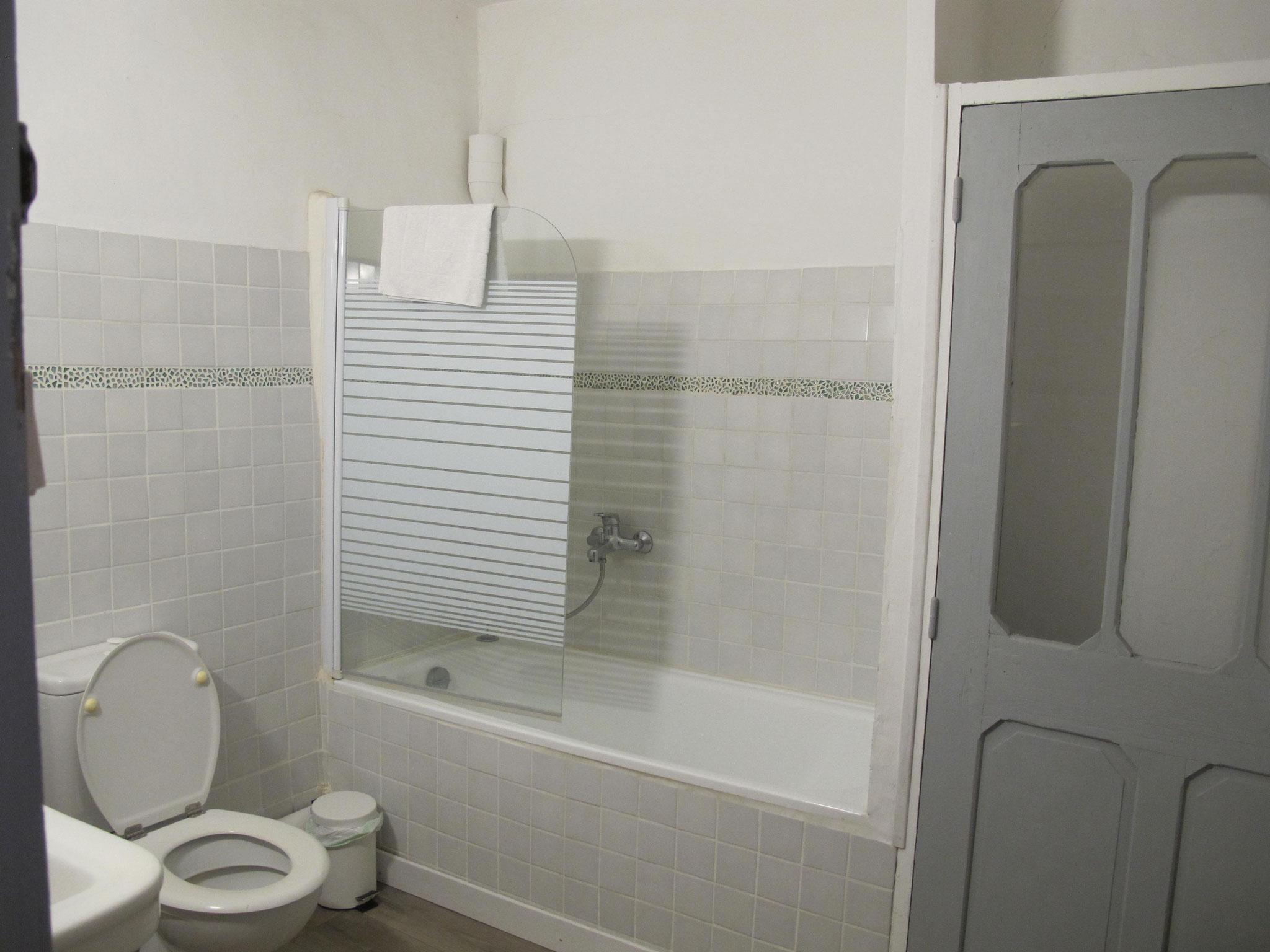 salle de bain  Hôtel pension restaurant le Guintrand au pied du mont Ventoux Bedoin chambre