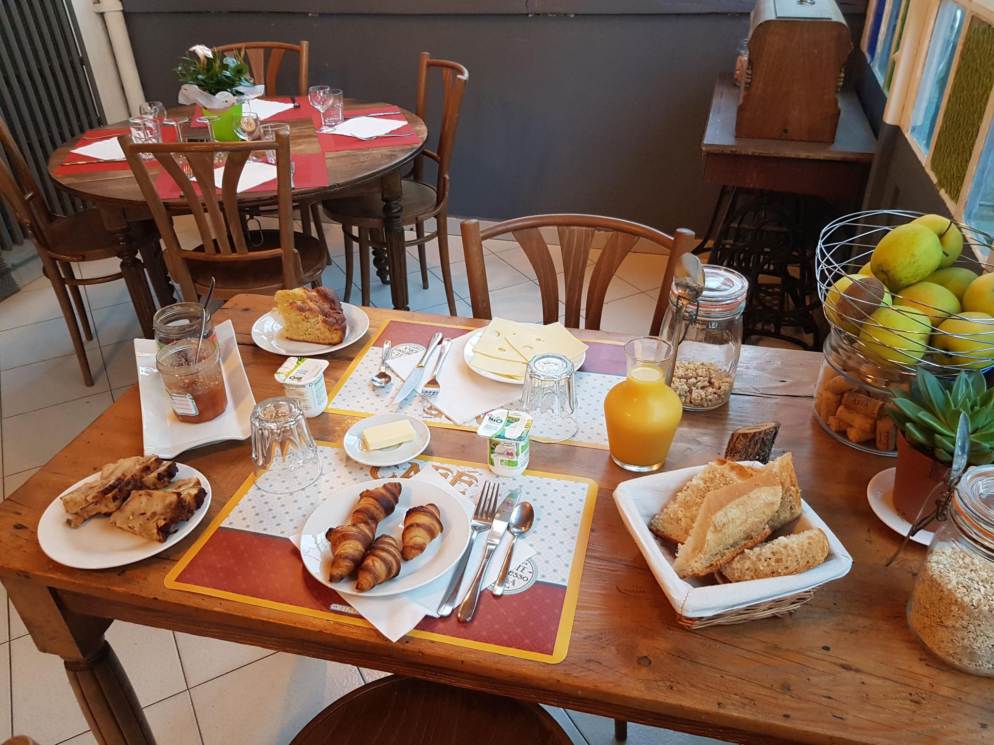 petit déjeuné Hôtel pension restaurant le Guintrand au pied du mont Ventoux Bedoin Vaucluse