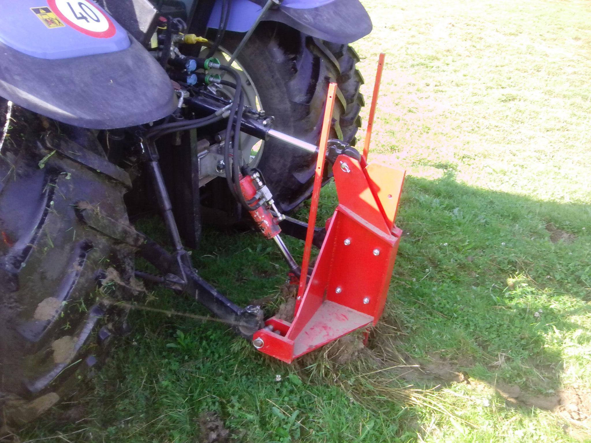 Gerät wird mit zusätzlichem Zylinder auf den Boden Gedrückt, somit bleibt der eingezogene Schlauch gleichmässig tief im Boden