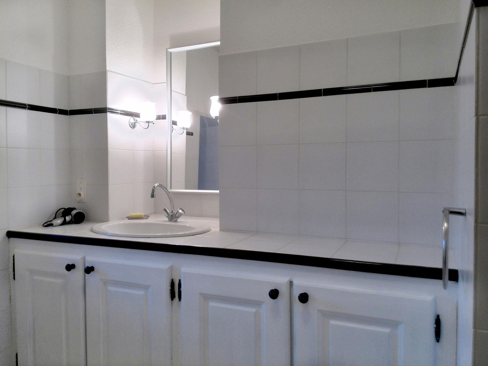 Badezimmer mit Dusche und Waschmaschine, zweites Bad mit gleicher Ausstattung