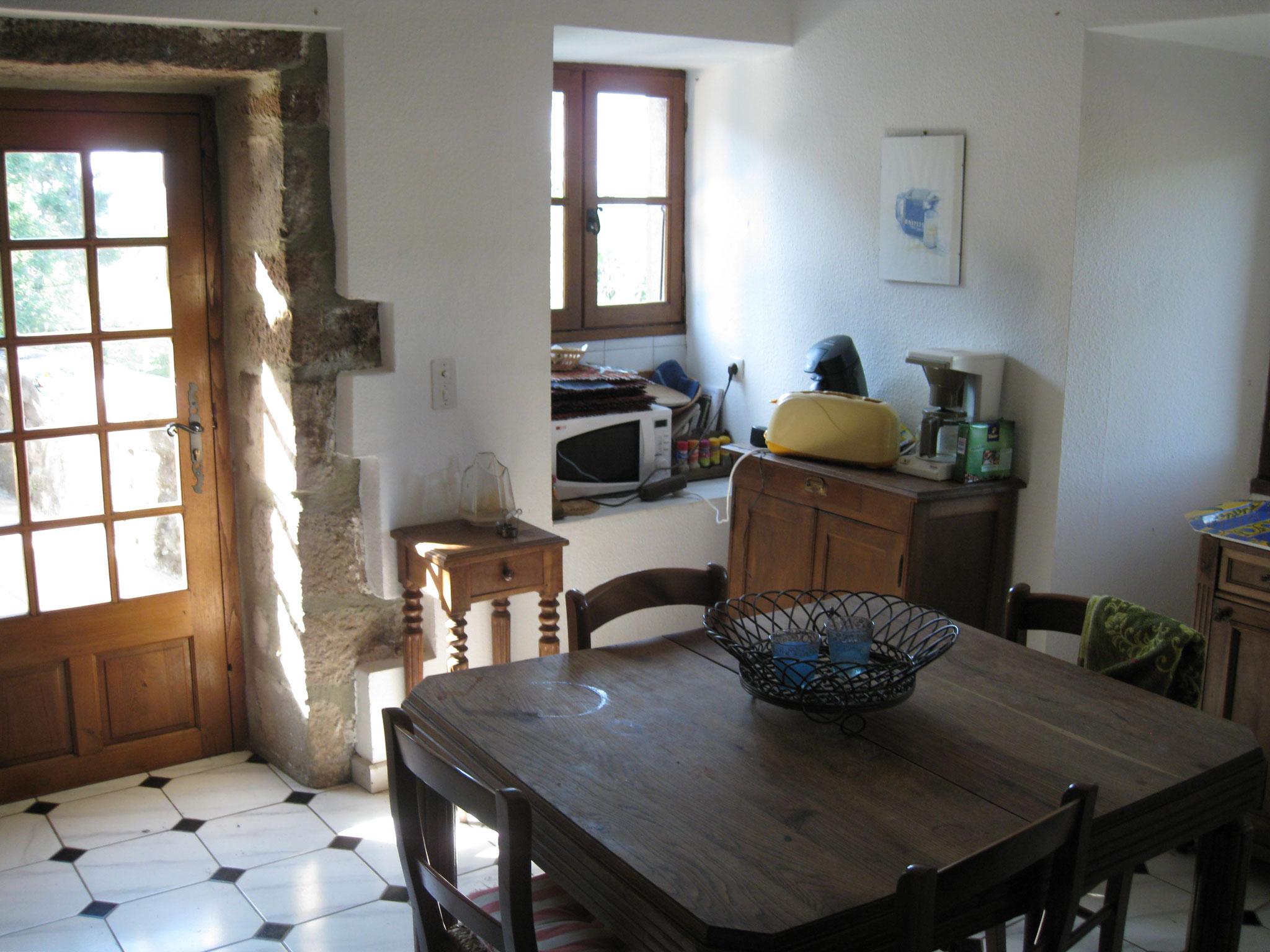 Küche mit Esstisch und direktem Zugang zur Terrasse