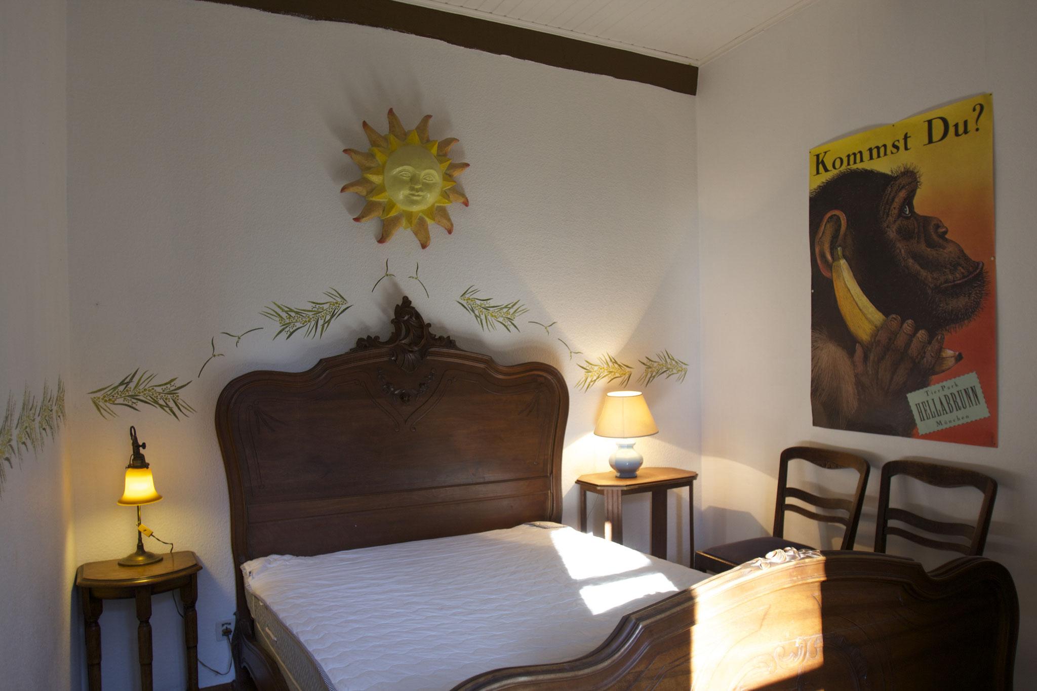 Kleineres Schlafzimmer mit Blick in den Innenhof