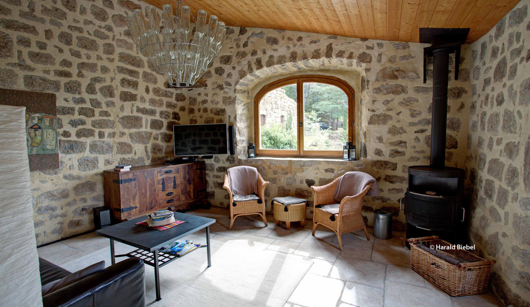 Wohnzimmer mit Couch und Kaminofen