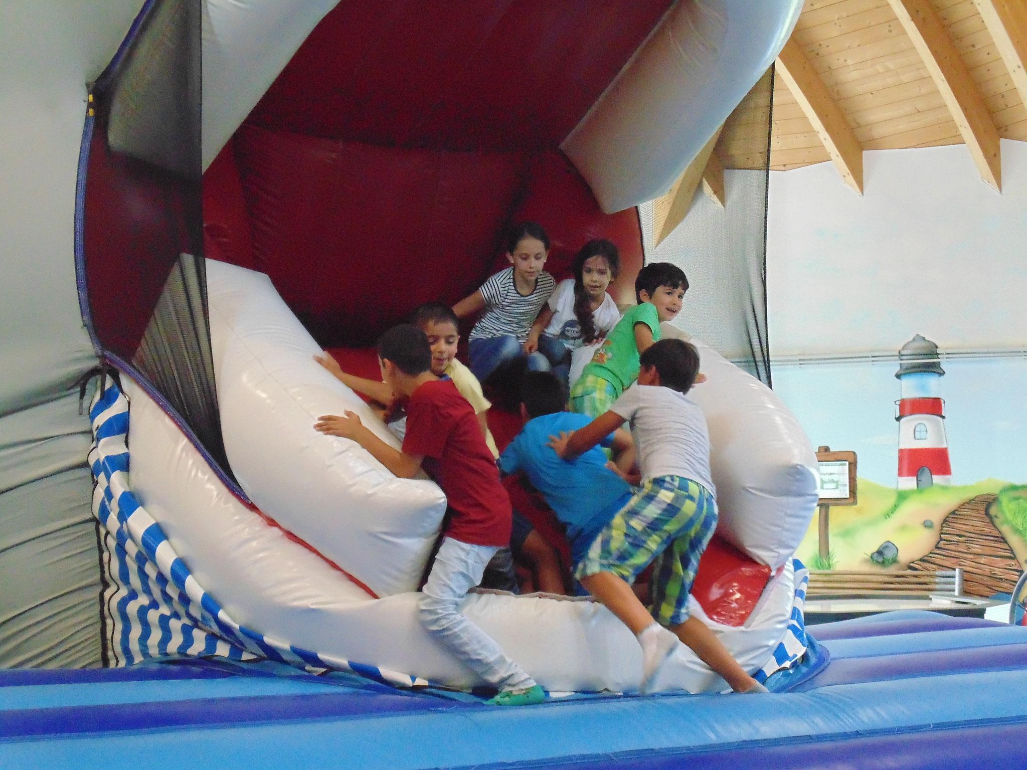 Kinder vergnügen sich im Hüpfburg-Wal. Fotos: Jan Klöpper;
