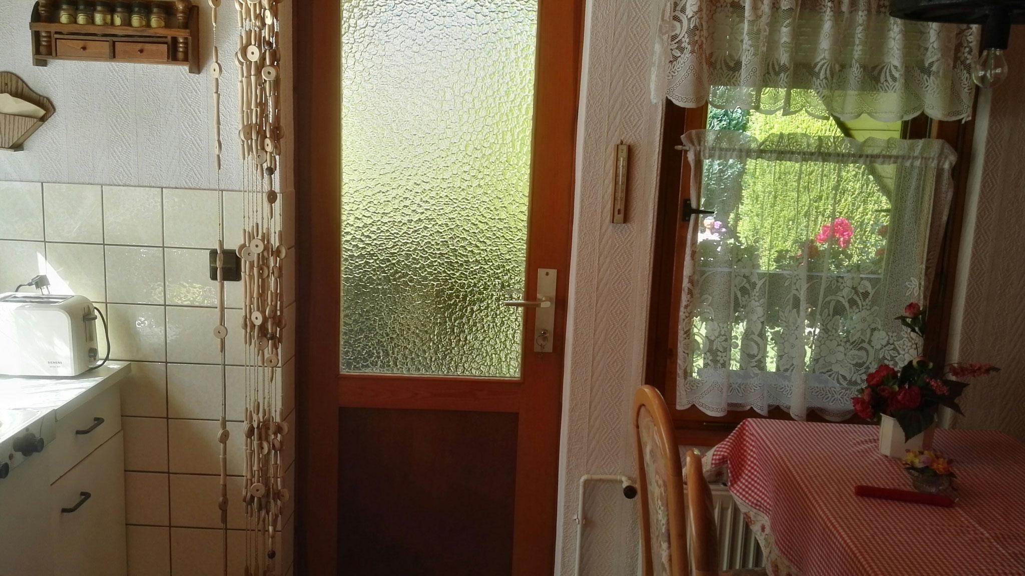 Tür zum Balkon von der Küche aus.