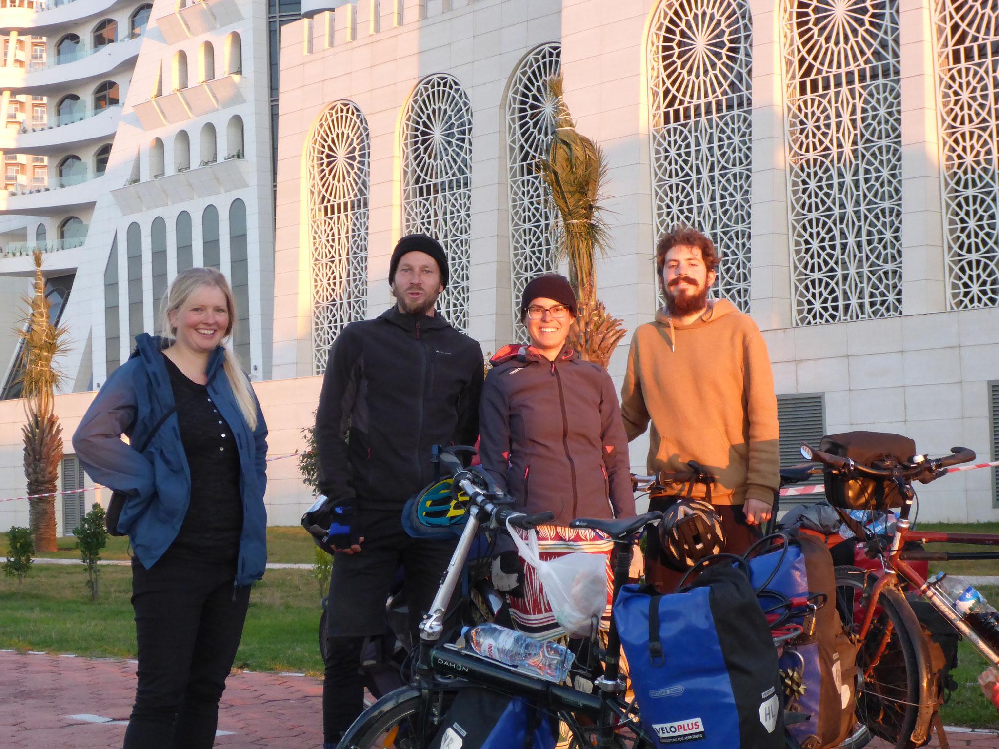 Annina und Tim aus der Schweiz begleiten uns von der Grenze bis Batumi