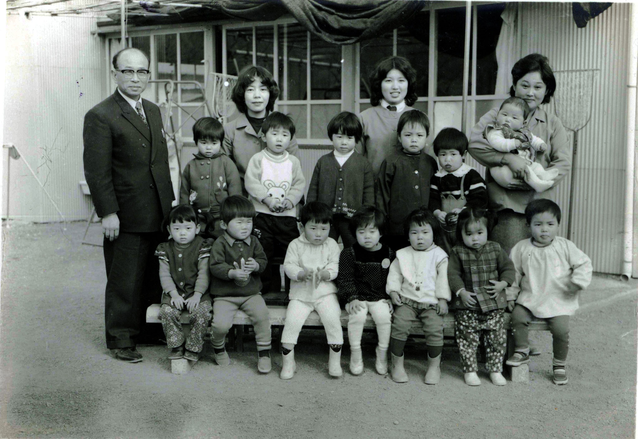 昭和47年園児と村松好郎理事長といさ子夫妻