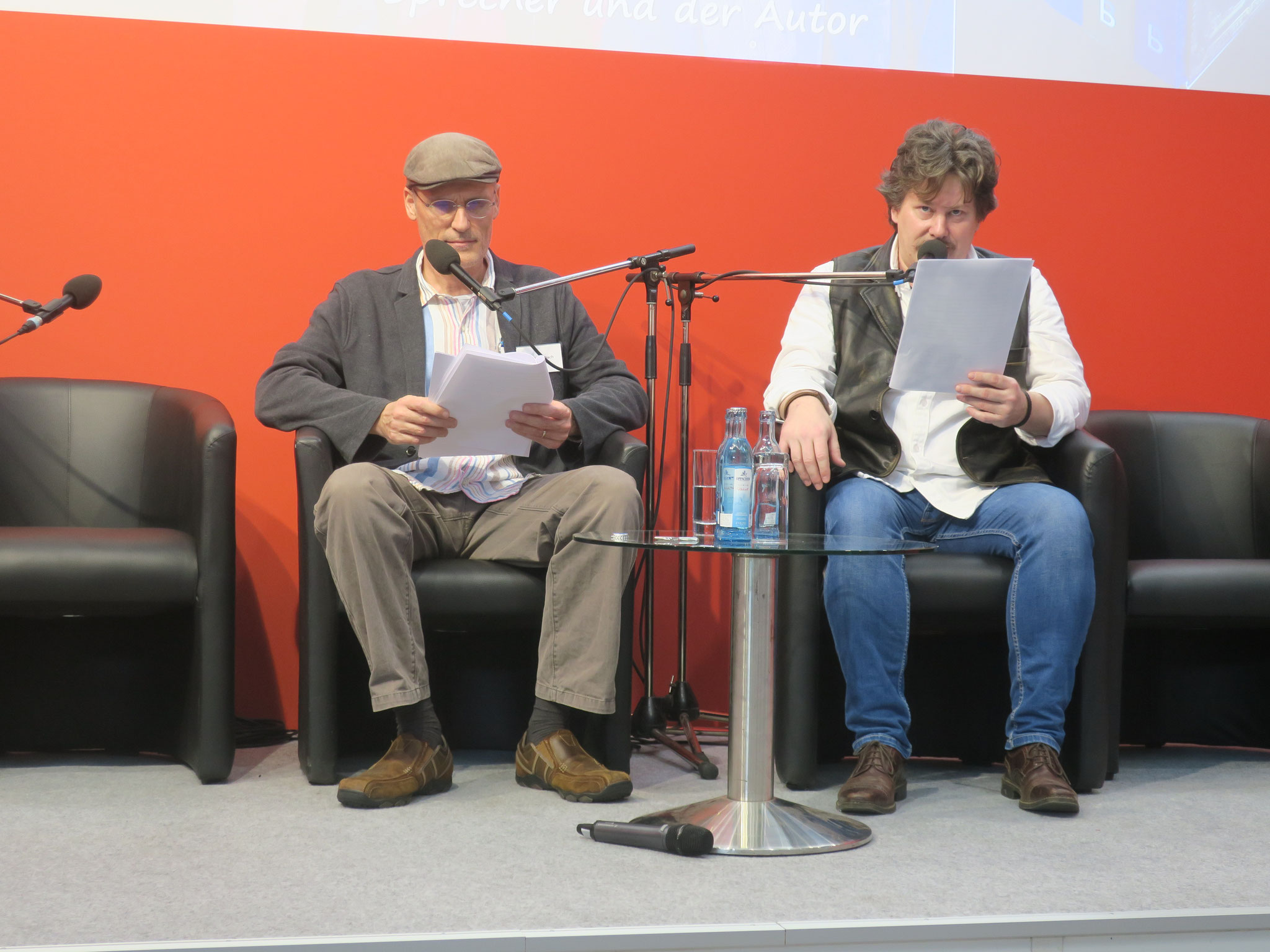 Sam und Robert lesen aus dem Totengräbersohn