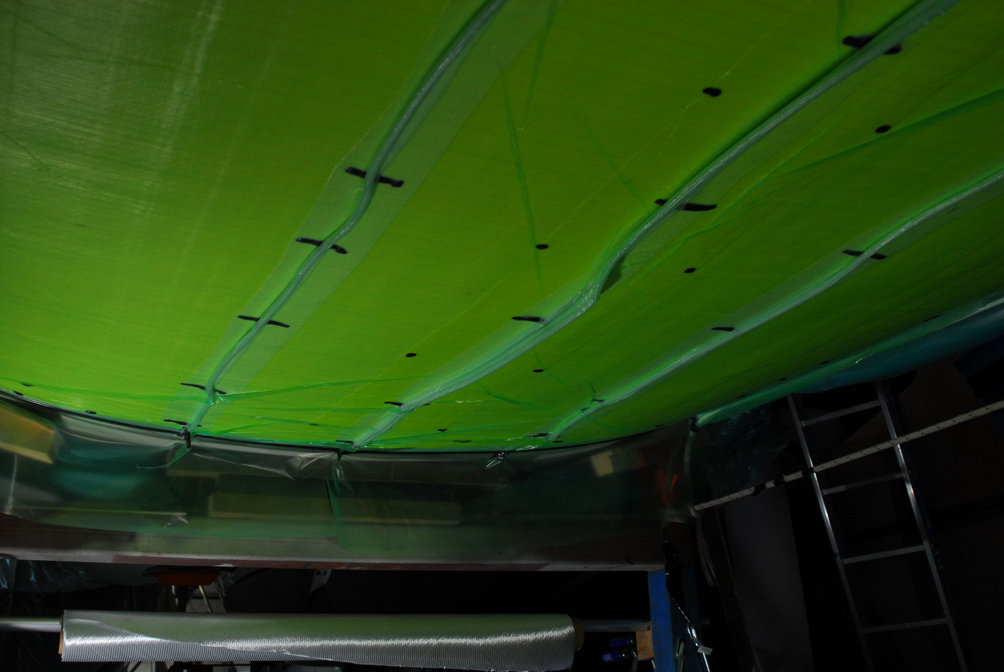 Vakuuminfusion von 15mm Vertärkungslaminat im Kielbereich des Unterwasserschiffs
