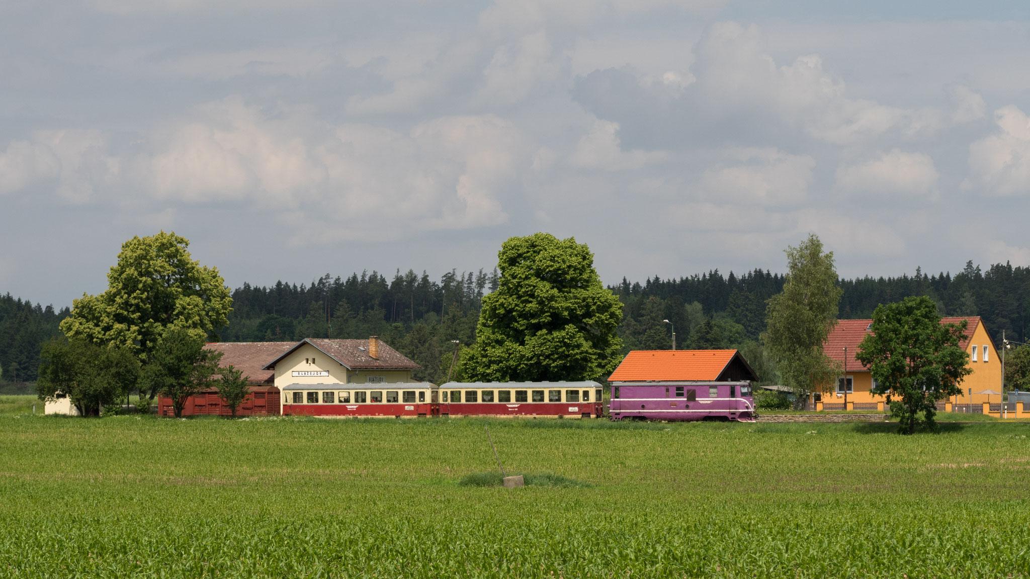 T47.019 verlässt den malerischen Bahnhof Blazejov