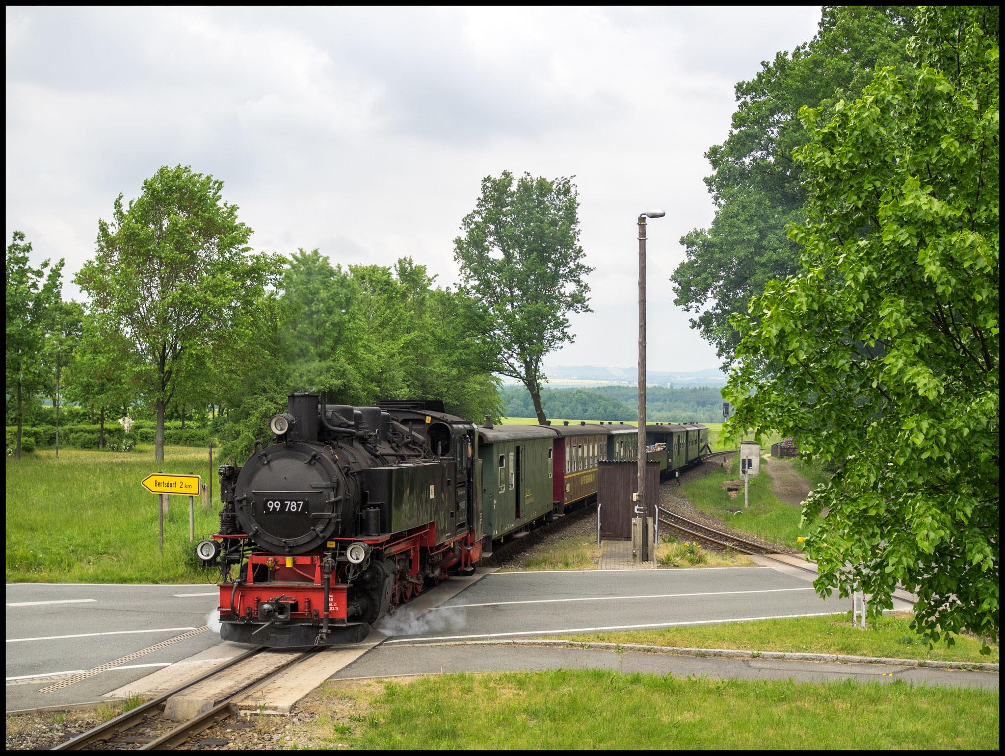 99 787 erreicht den Bhf Bertsdorf