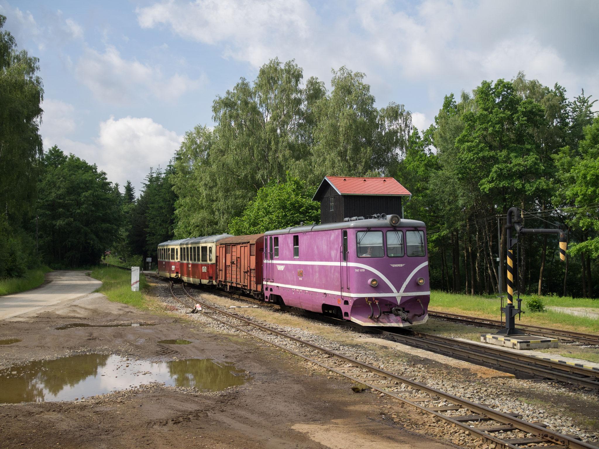 T47.019 fährt in Kunzak-Lomy ein