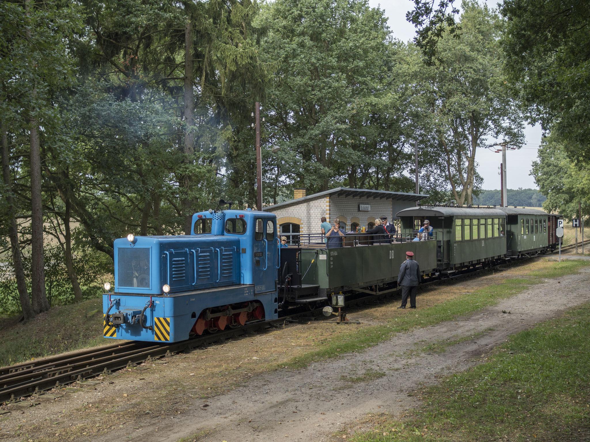 V10 102 in Brünkendorf mit dem Gegenzug