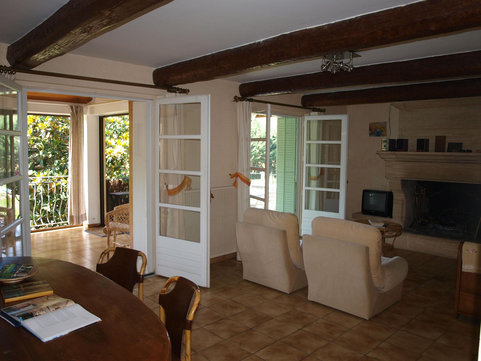 salle à manger/salon donnant sur la terrasse du gite