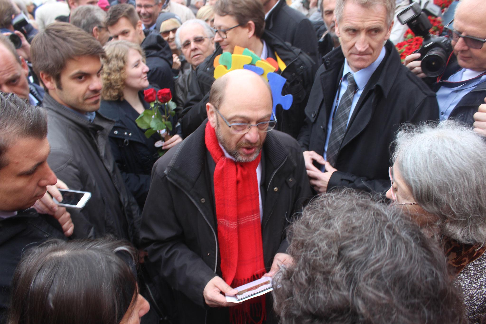 Martin Schulz, hinter ihm Stefan Schwartze (Bundestagsabgeordneter für den Kreis Herford), wie er unser Puzzle hält