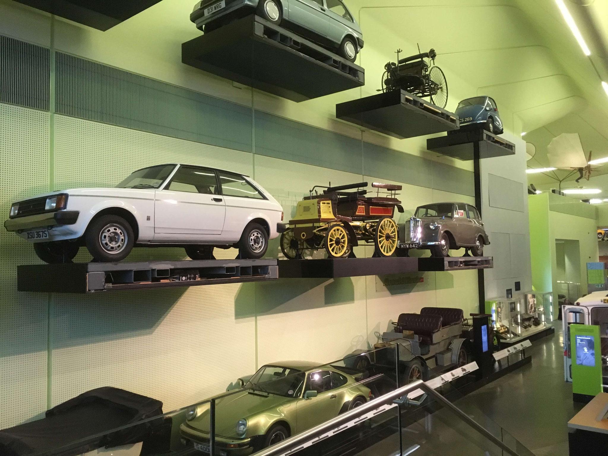 Eine Wand voller Autos im Riverside Museum Glasgow