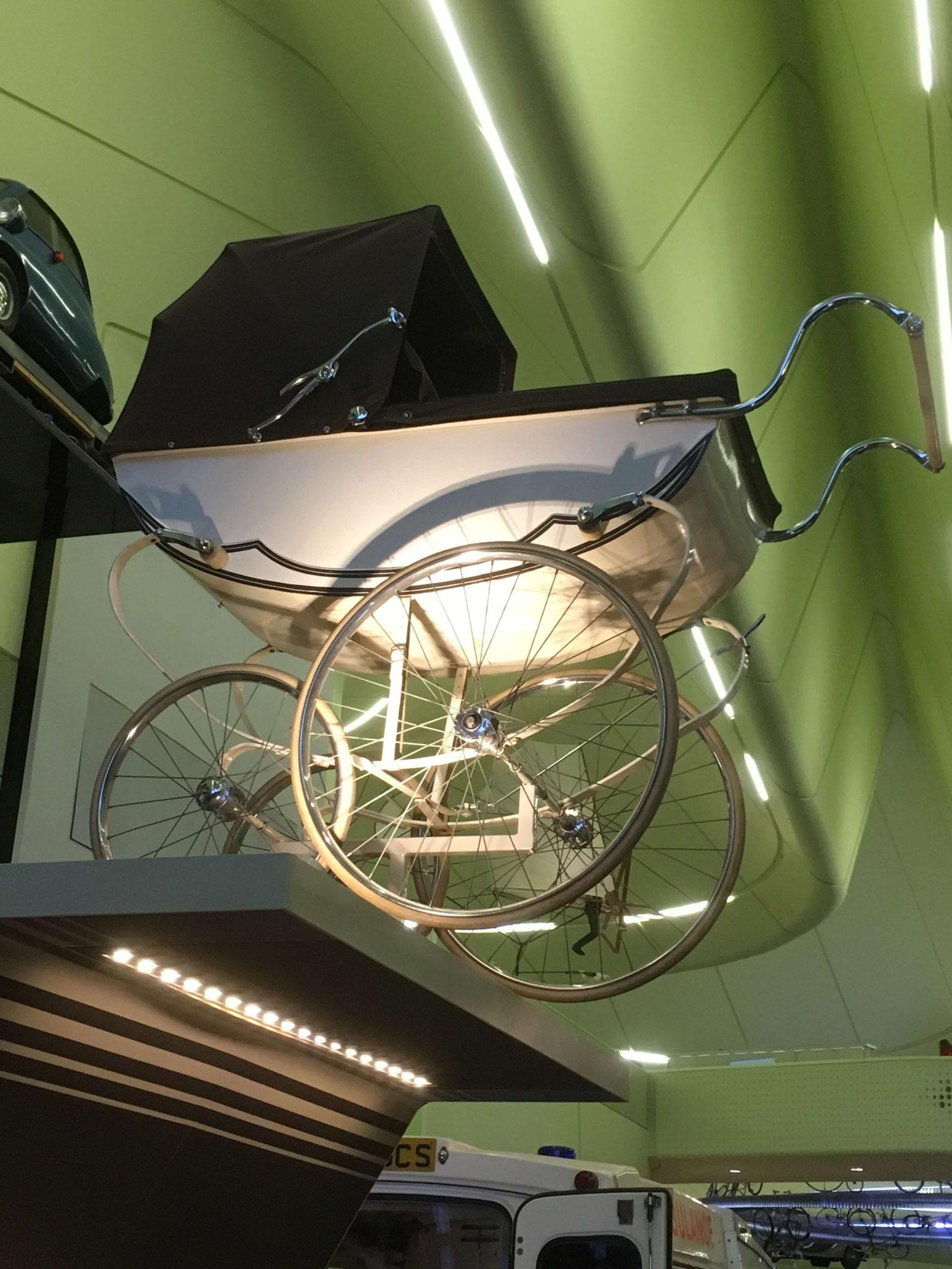 Auch ein Kinderwagen kann ein Fortbewegungsmittel sein... (Riverside Museum Glasgow)