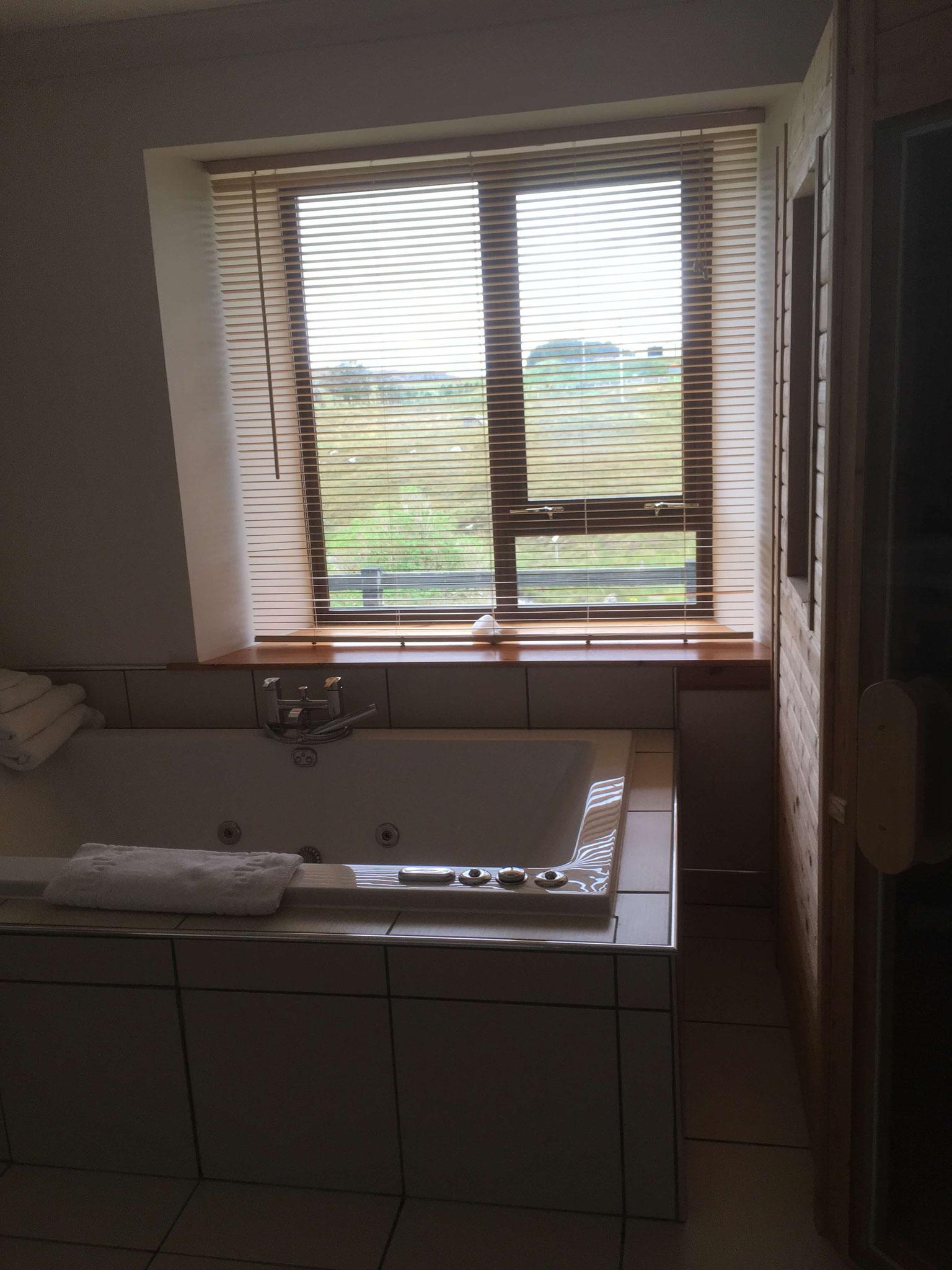 Spa-Badewanne und Infrarotkabine in Abhainn Cottage