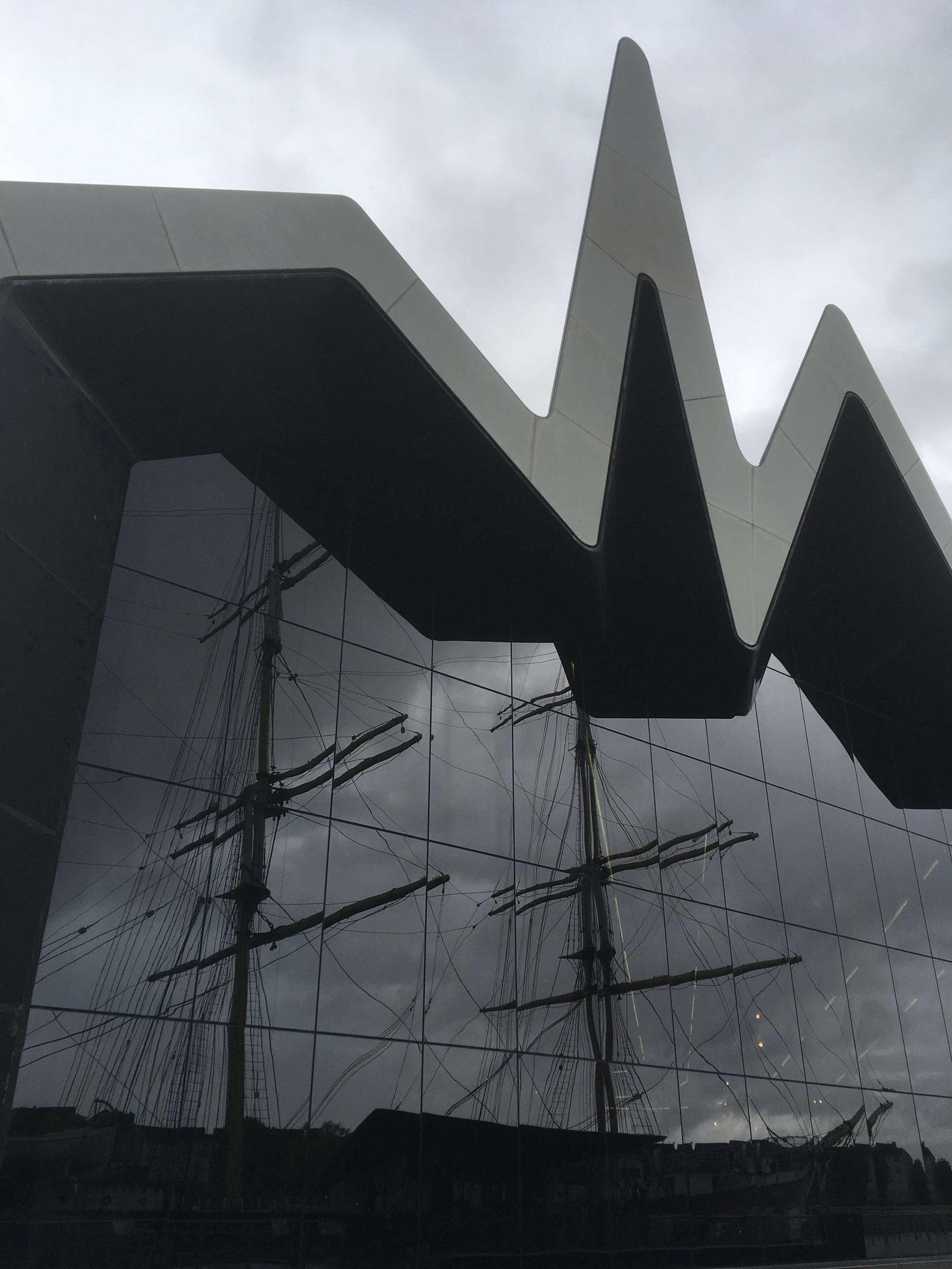 Die Glenlee spiegelt sich im Riverside Museum Glasgow