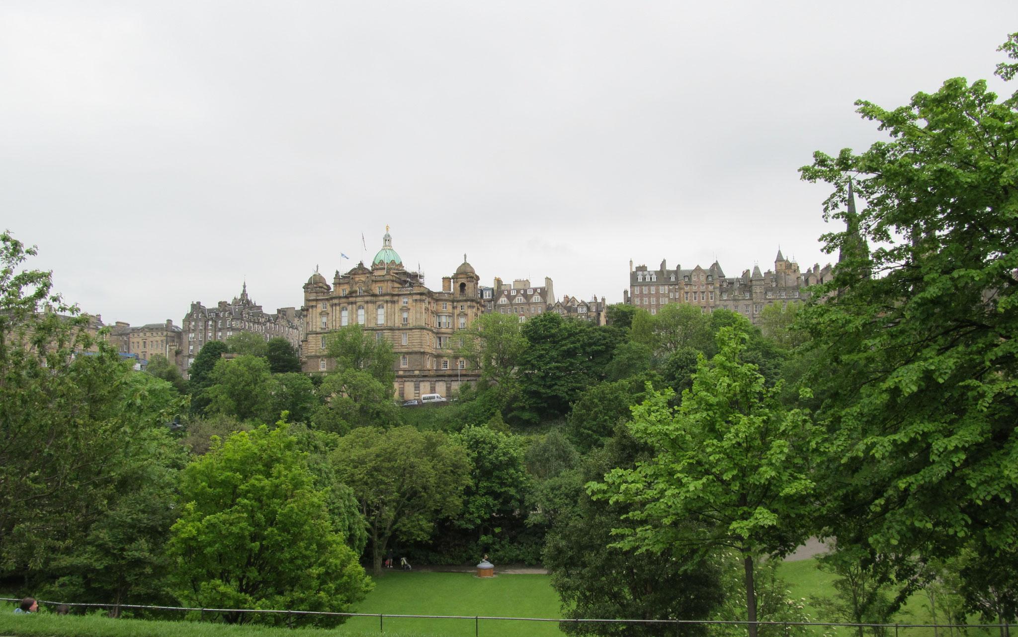 Blick über Princes Street Gardens auf Edinburgh Old Town