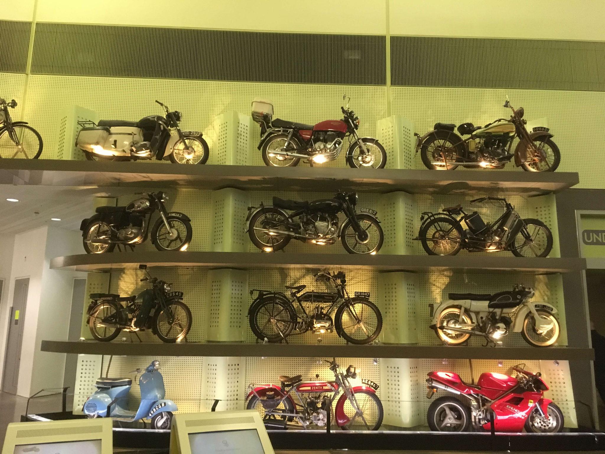 Eine Wand voller Motorräder im Riverside Museum Glasgow