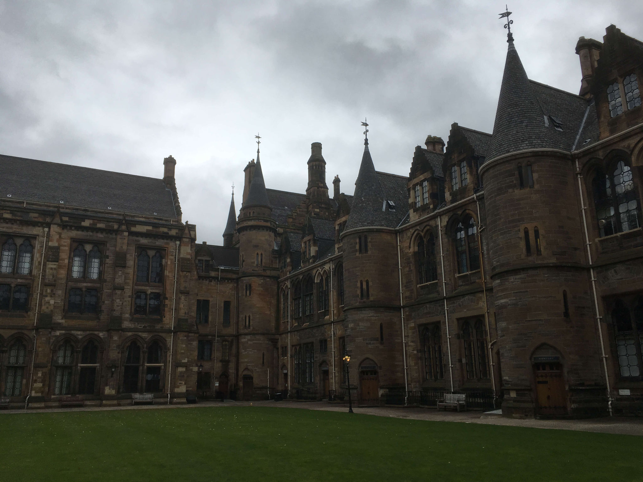 Im Innenhof der University of Glasgow