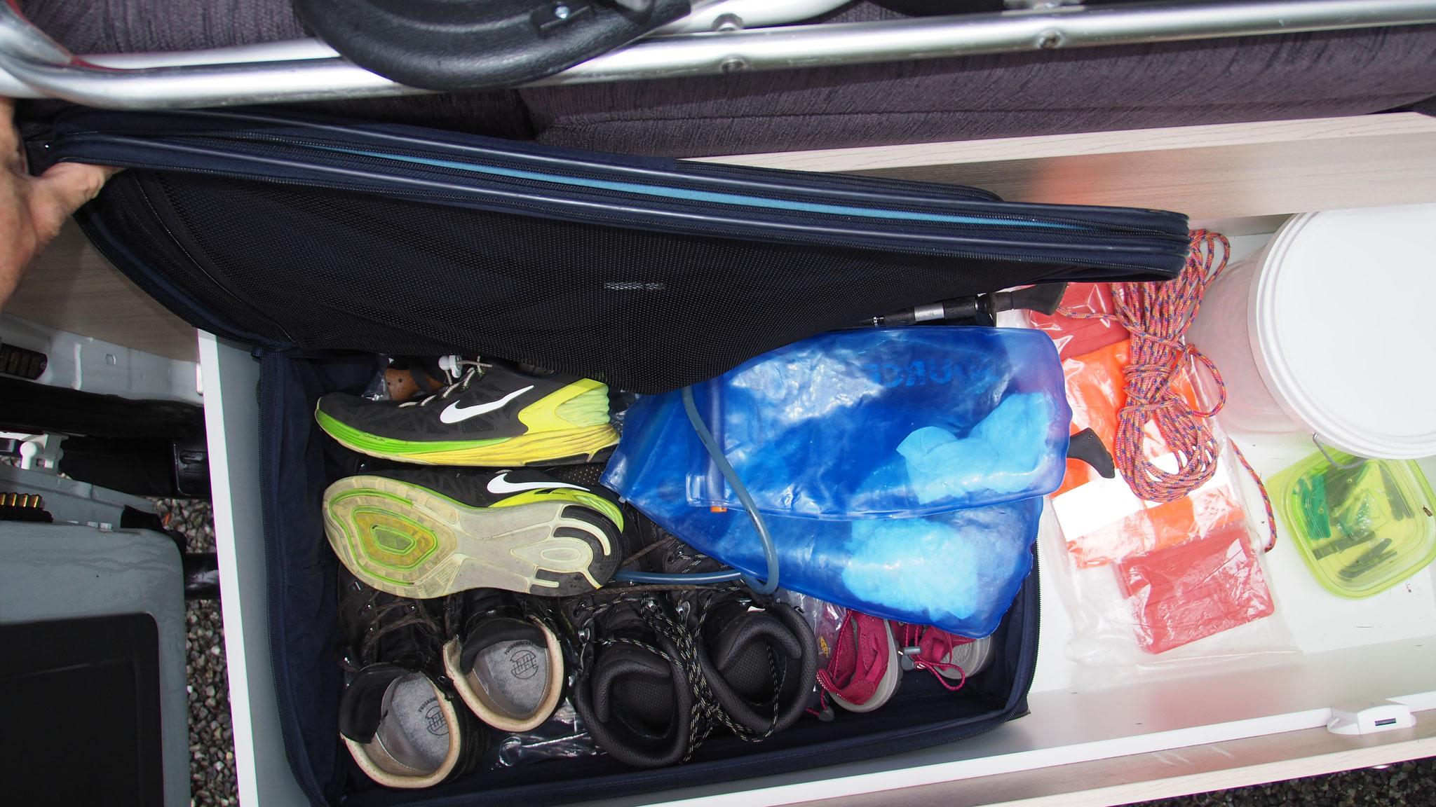 Stauraum - Schuhe und anderes verschwindet zugänglich im Koffer