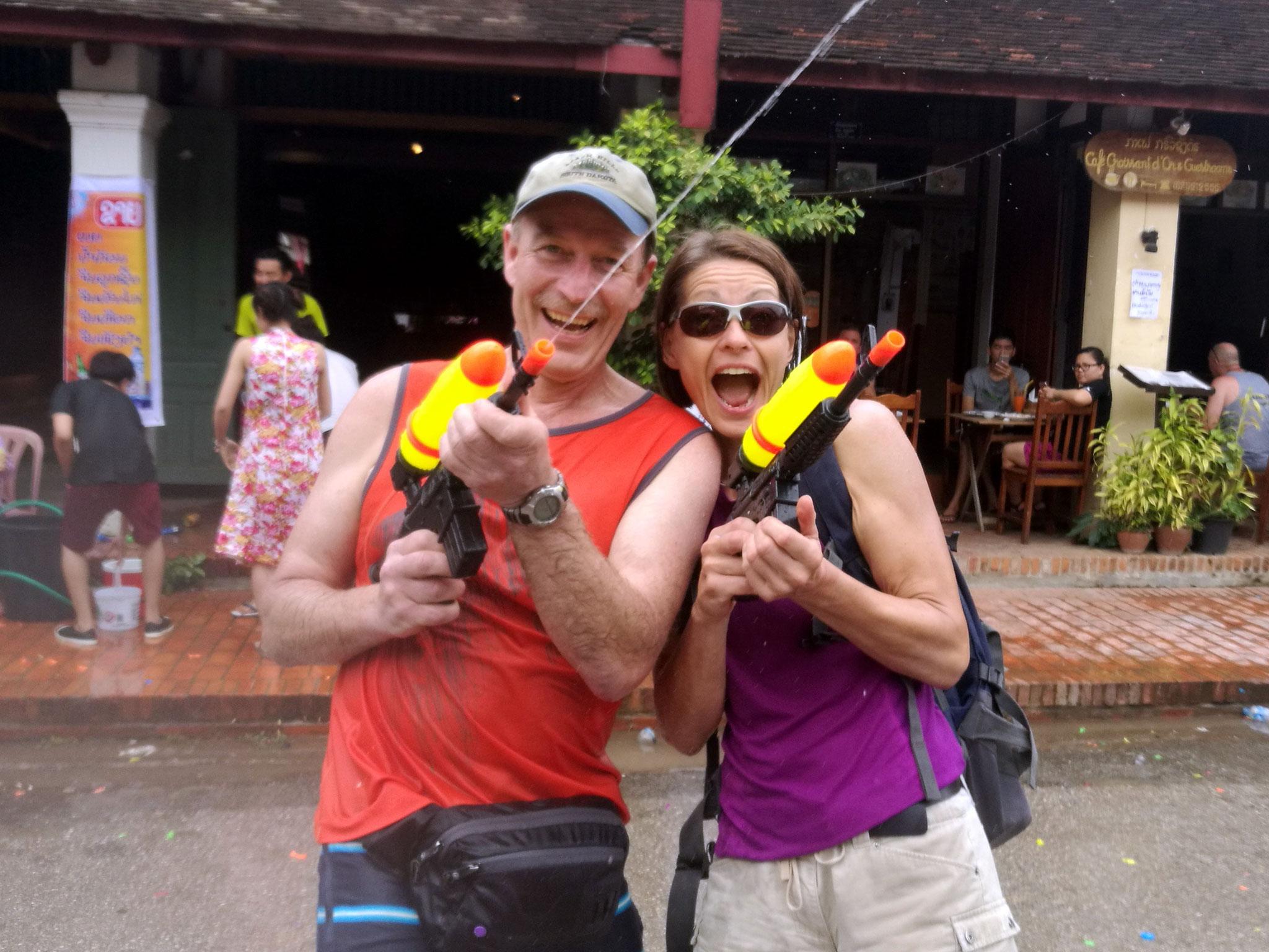 """""""Schwer bewaffnet"""" zogen wir durch Luang Prabang ..."""
